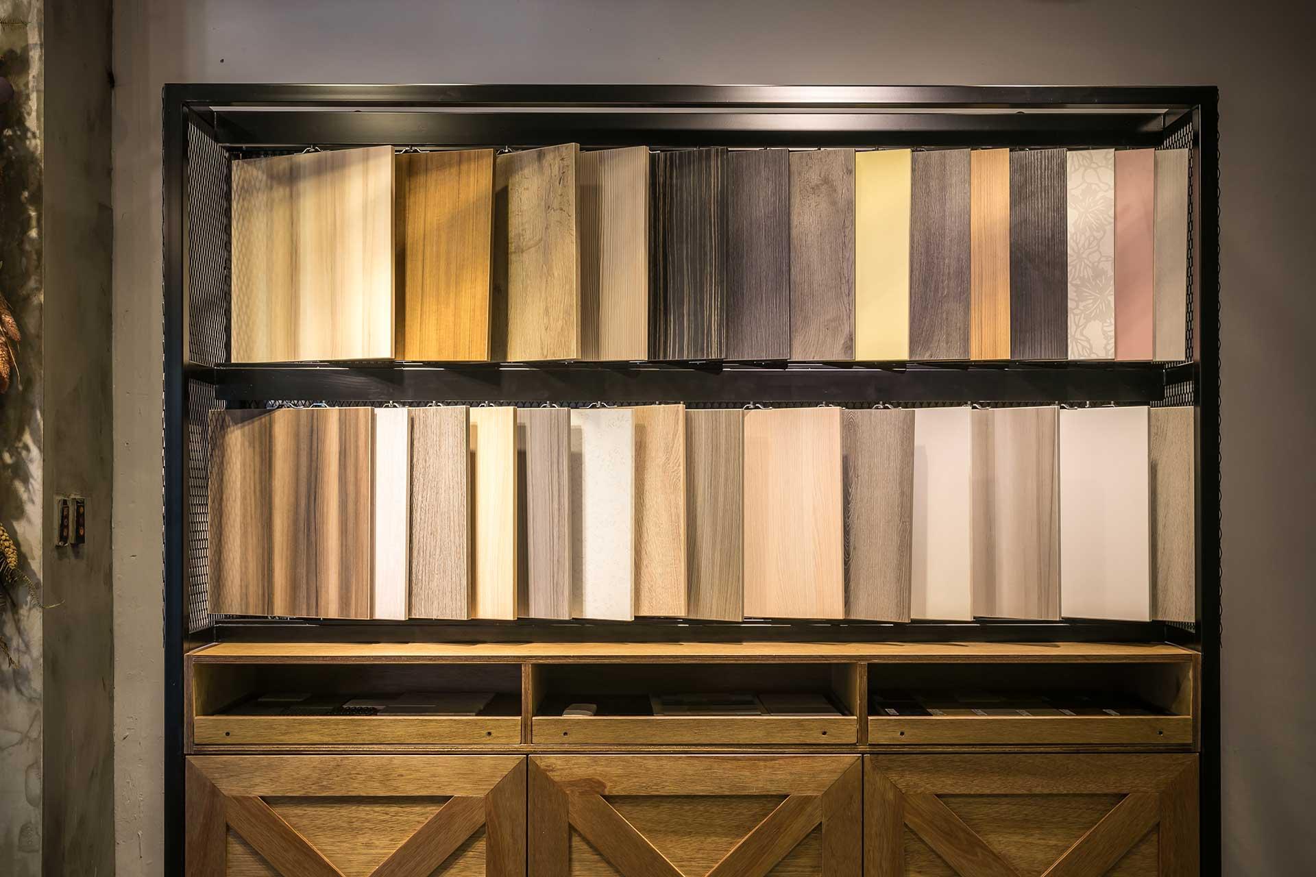 附有抽屜,可陳列超過 100 種樣式的系統板材展示櫃