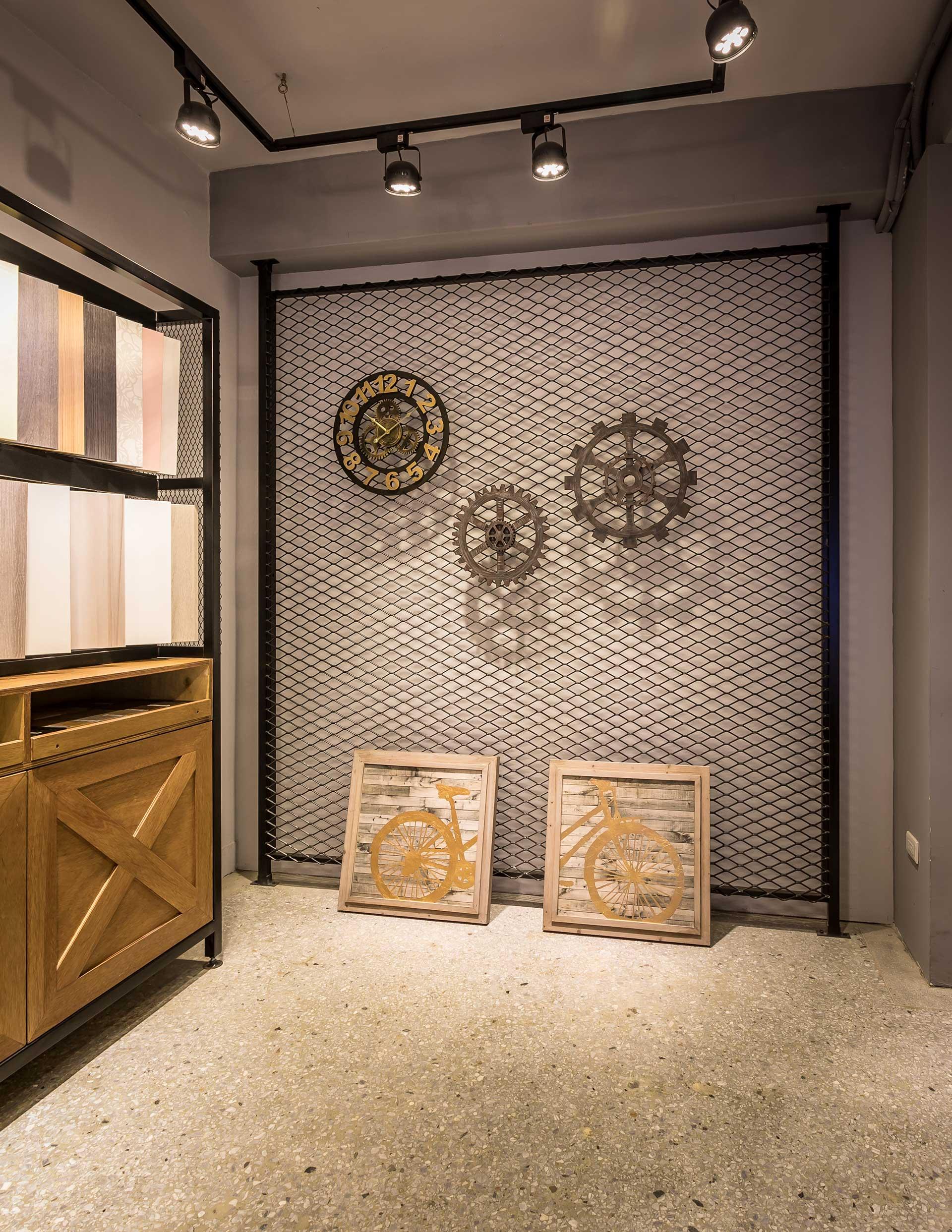 搭配金屬掛勾展示家飾佈置品的鐵網牆面