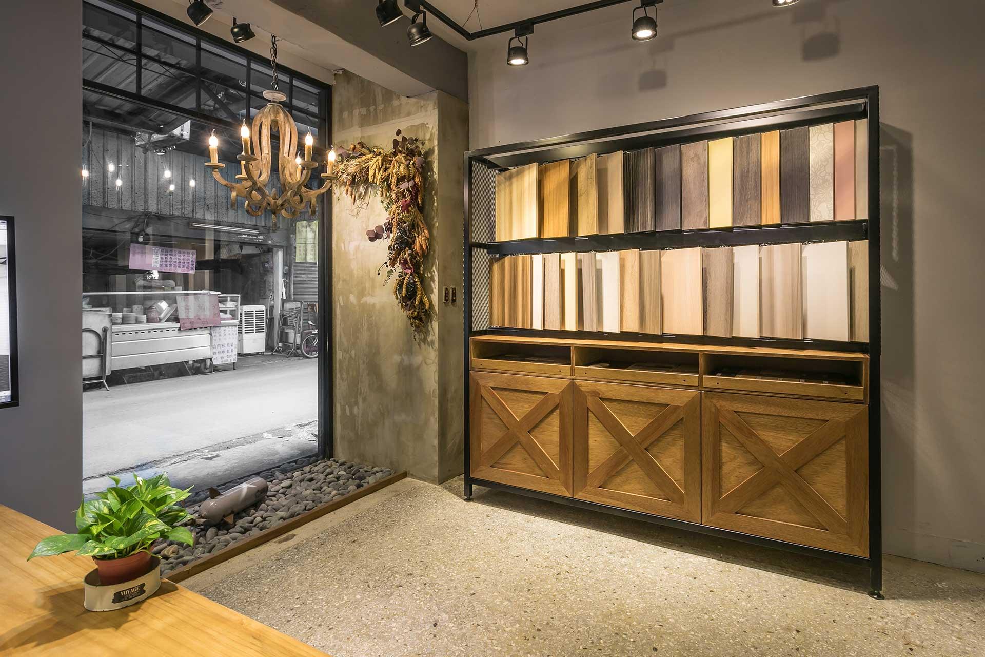 系統板材展示櫃緊鄰落地窗,同時也對路過的行人起了展示作用。下方櫃子可開,門板採榖倉門式設計