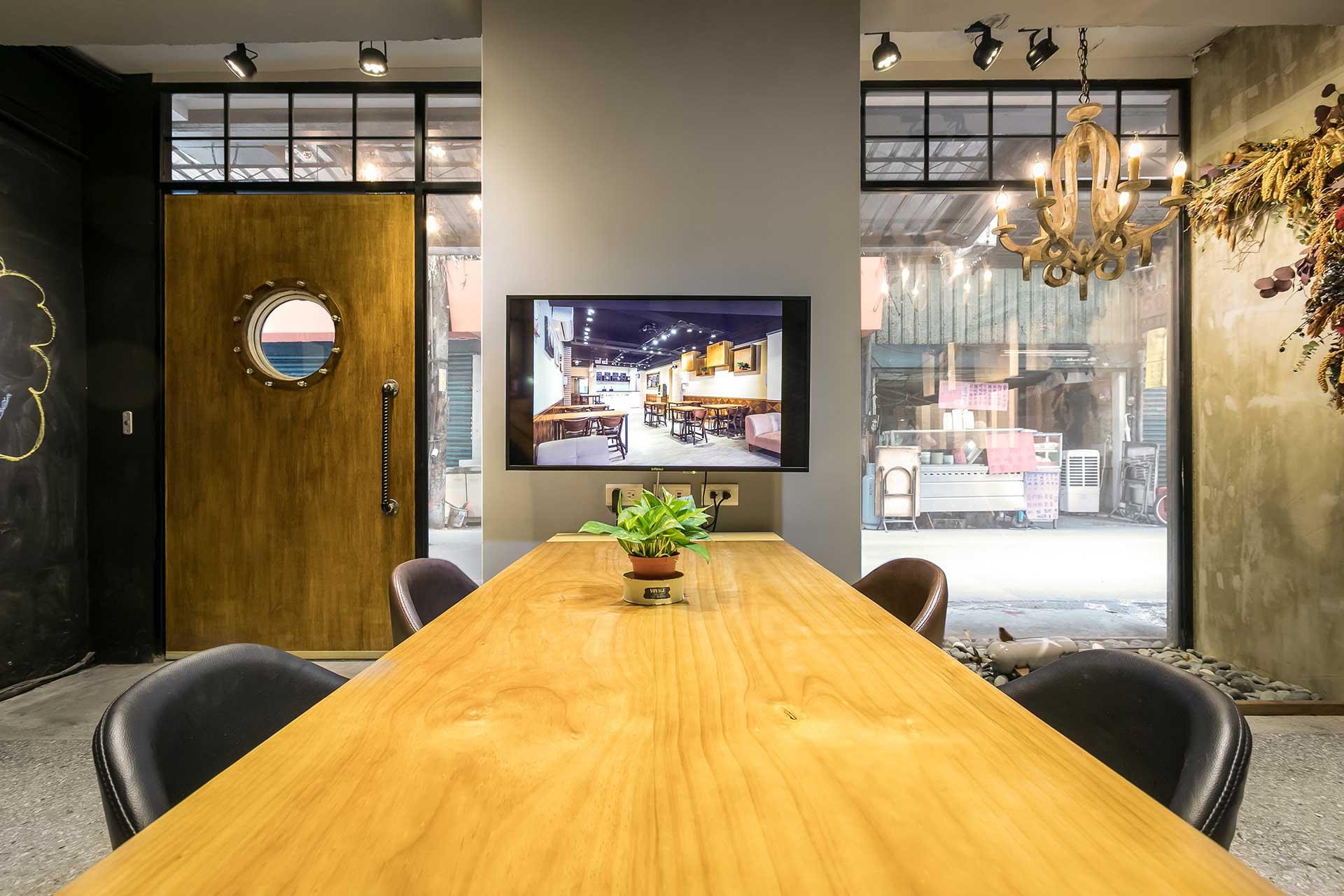 會議桌旁以平面電視擔任簡報投影功能