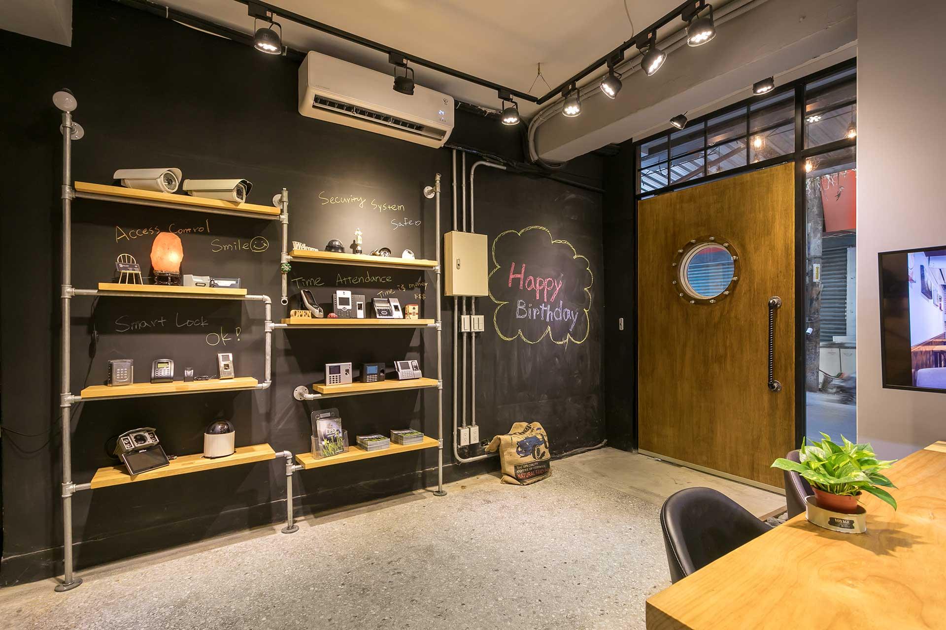 產品展示層架與黑板塗鴉牆面