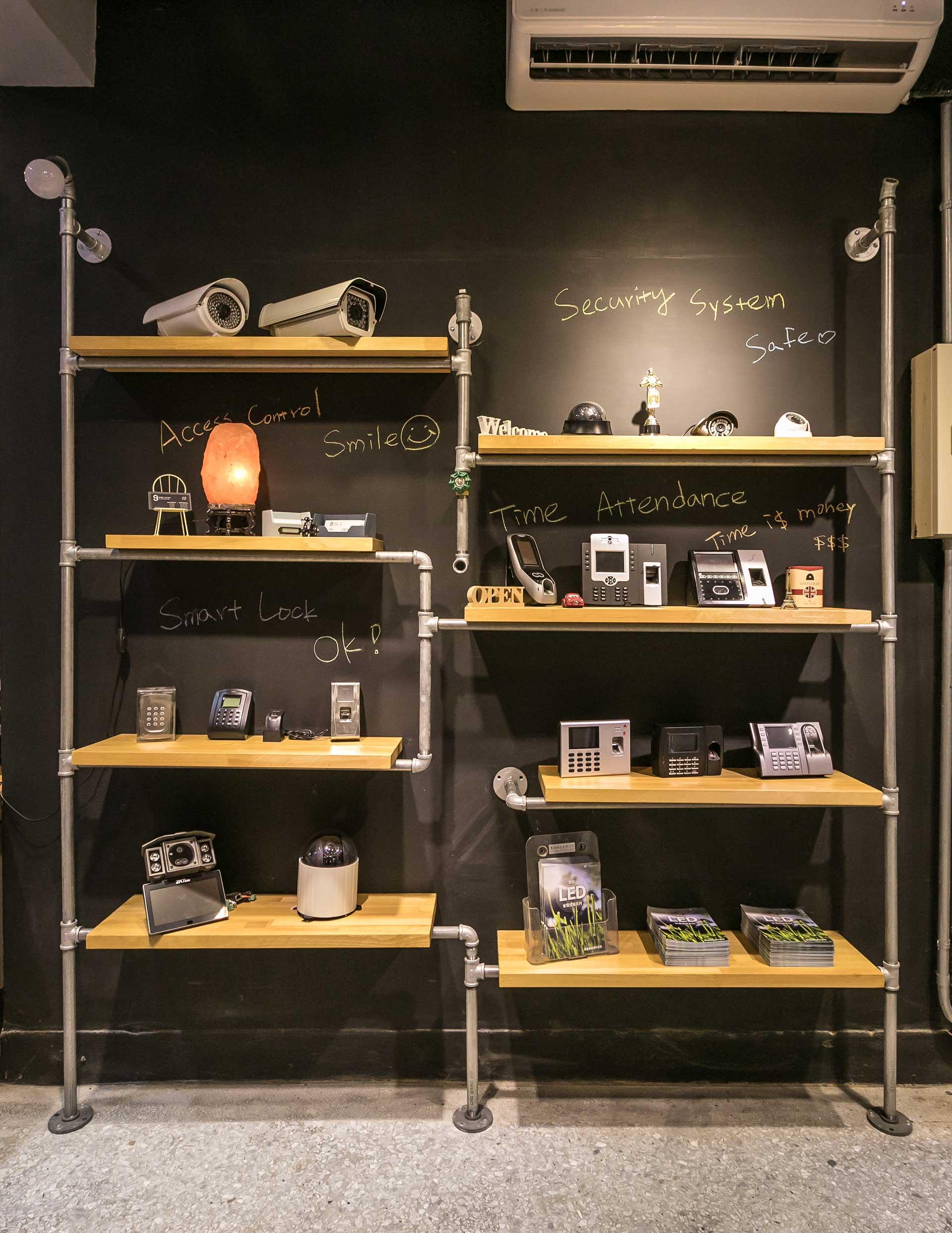 產品展示層架以資訊產品為主,包含臉型指紋辨識機、感應卡機、監視器等