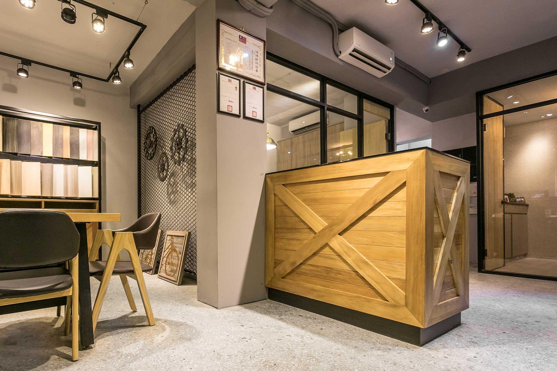 鄰近展示區域的辦公區座位,因有形象作用,因此採用榖倉門板造型設計,提昇整體風格的一致性