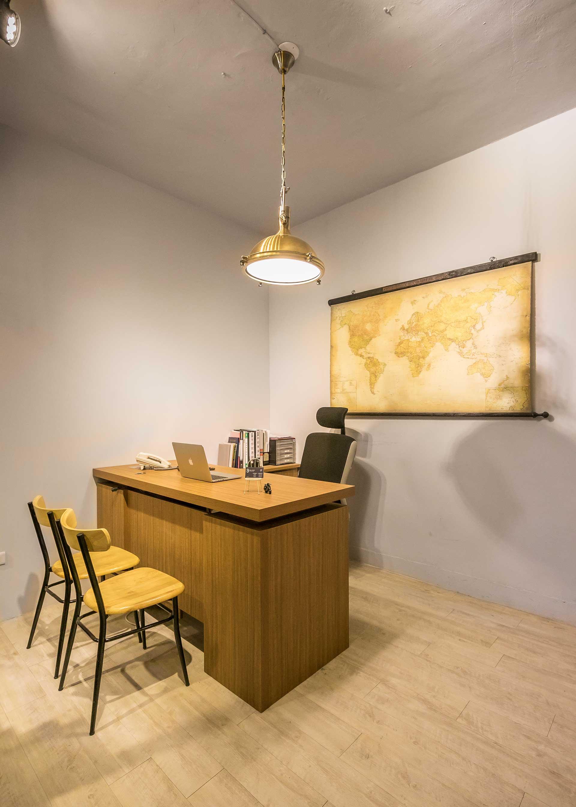 主管辦公室,以復古的造型吊燈當做室內主要光源,為忙碌的工作節奏增加風趣的生活品味