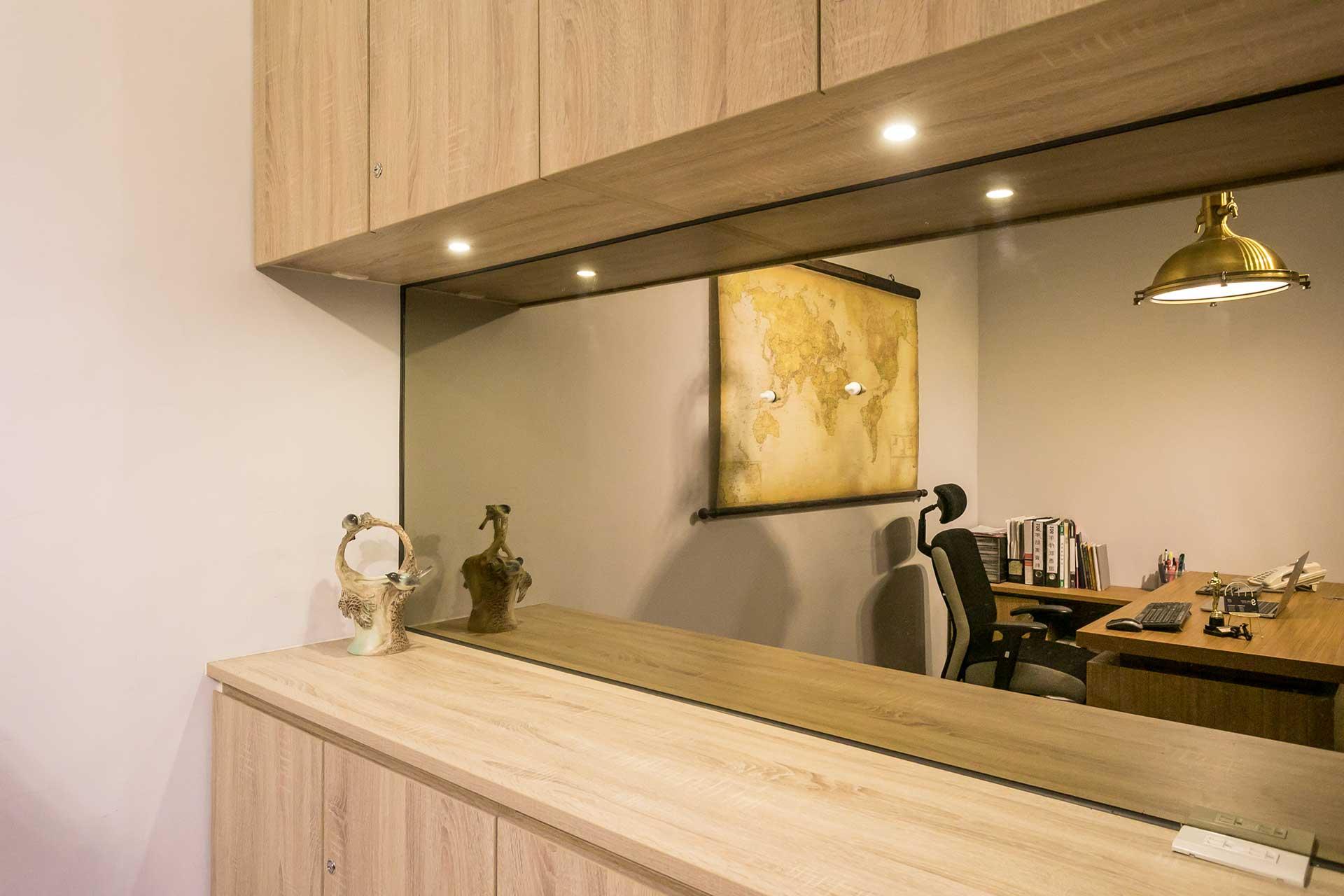 主管辦公室內的牆面鏡子,具有讓室內空間更寬敞的視覺作用