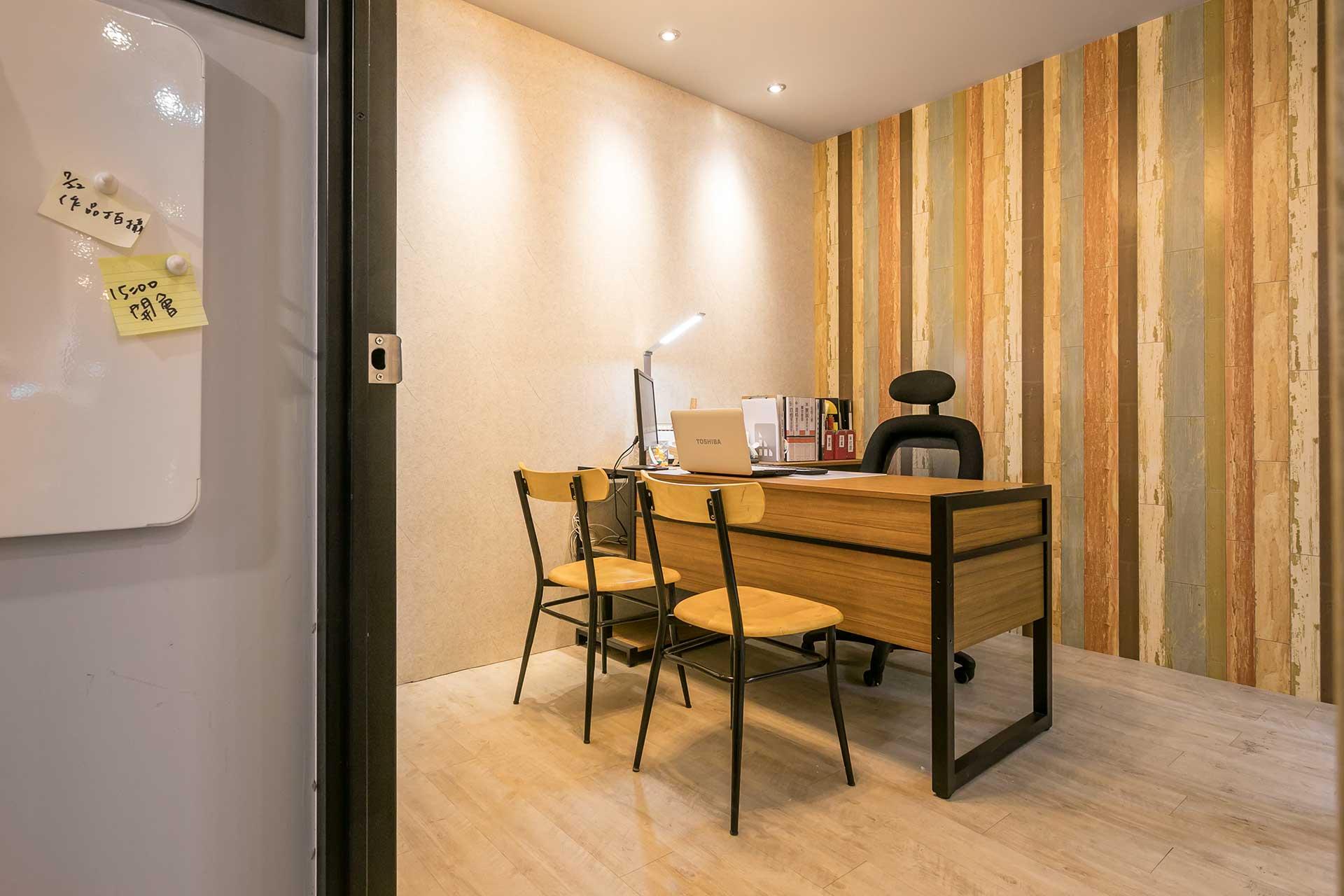辦公桌以鐵件造型變化製作而成,因玖恆辦公室本身即有展示作用,因此辦公桌也採不同造型,方便與客戶說明不同的材質、板材花紋以及工法