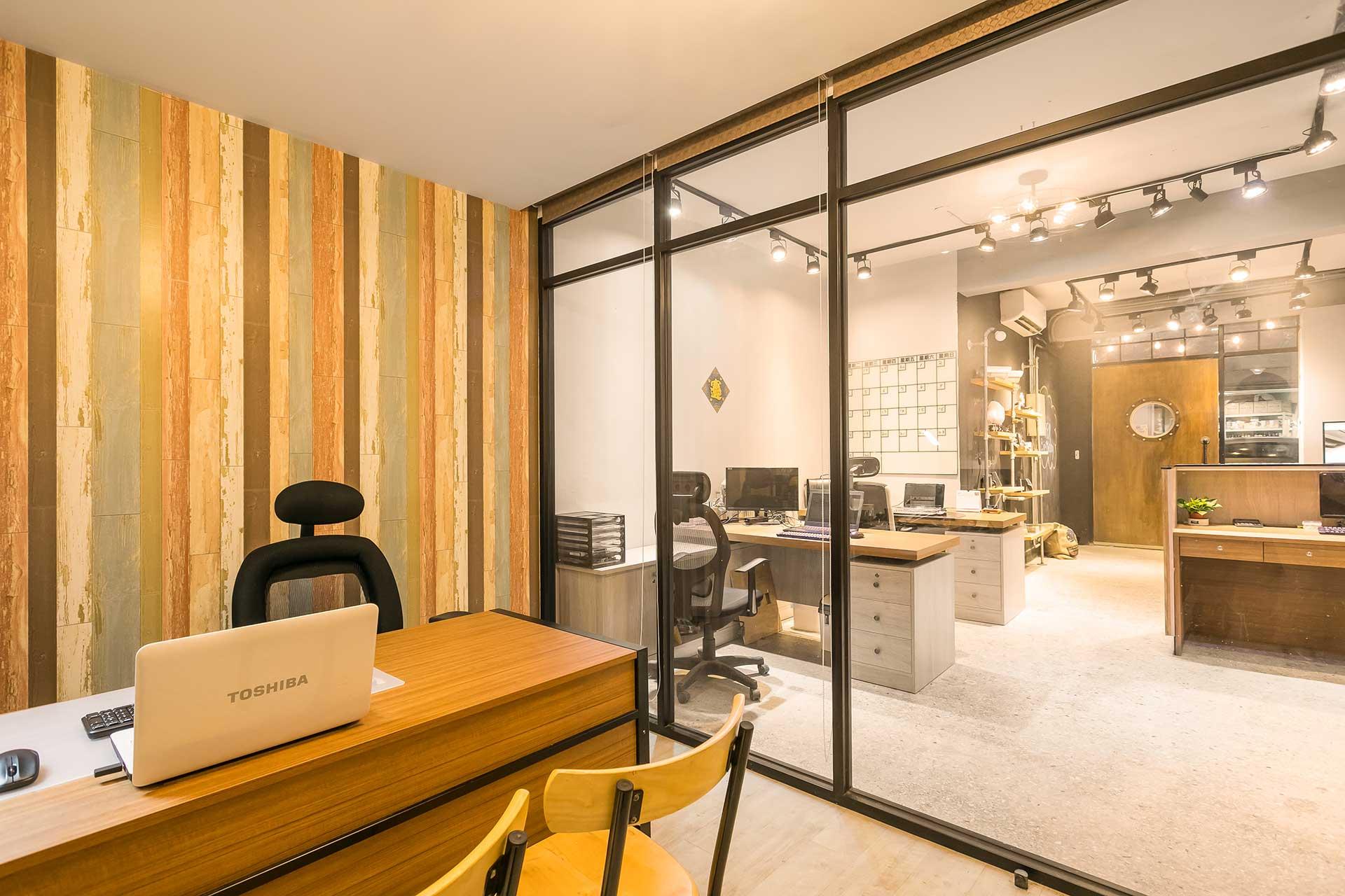 捲軸式窗簾全部收闔,視野寬敞明亮,座位後方以日本拼接木紋壁紙增添空間變化