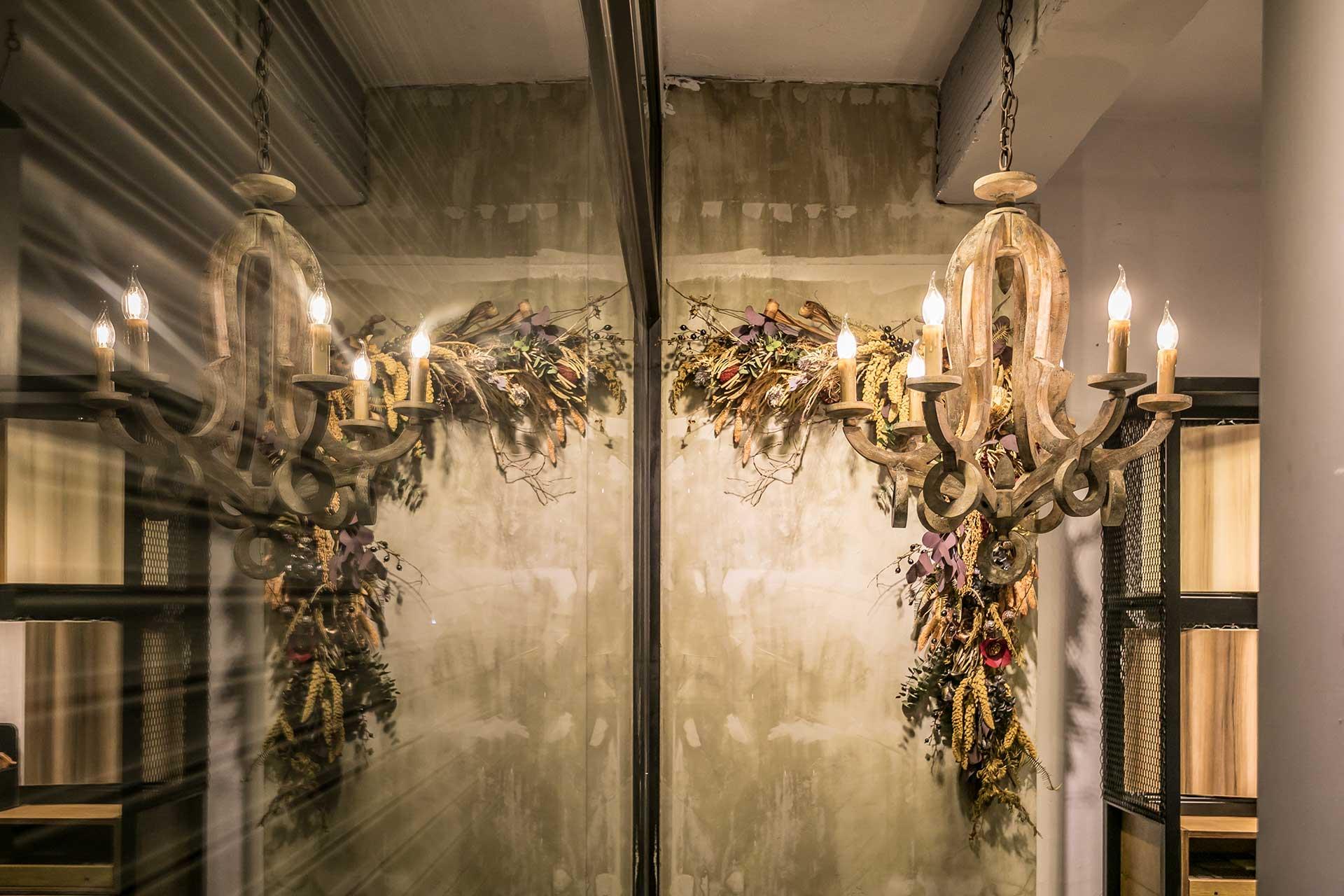 搭配乾燥花裝飾的中世紀歐洲朽木藝術吊燈,採 LED 燈泡,節能省電