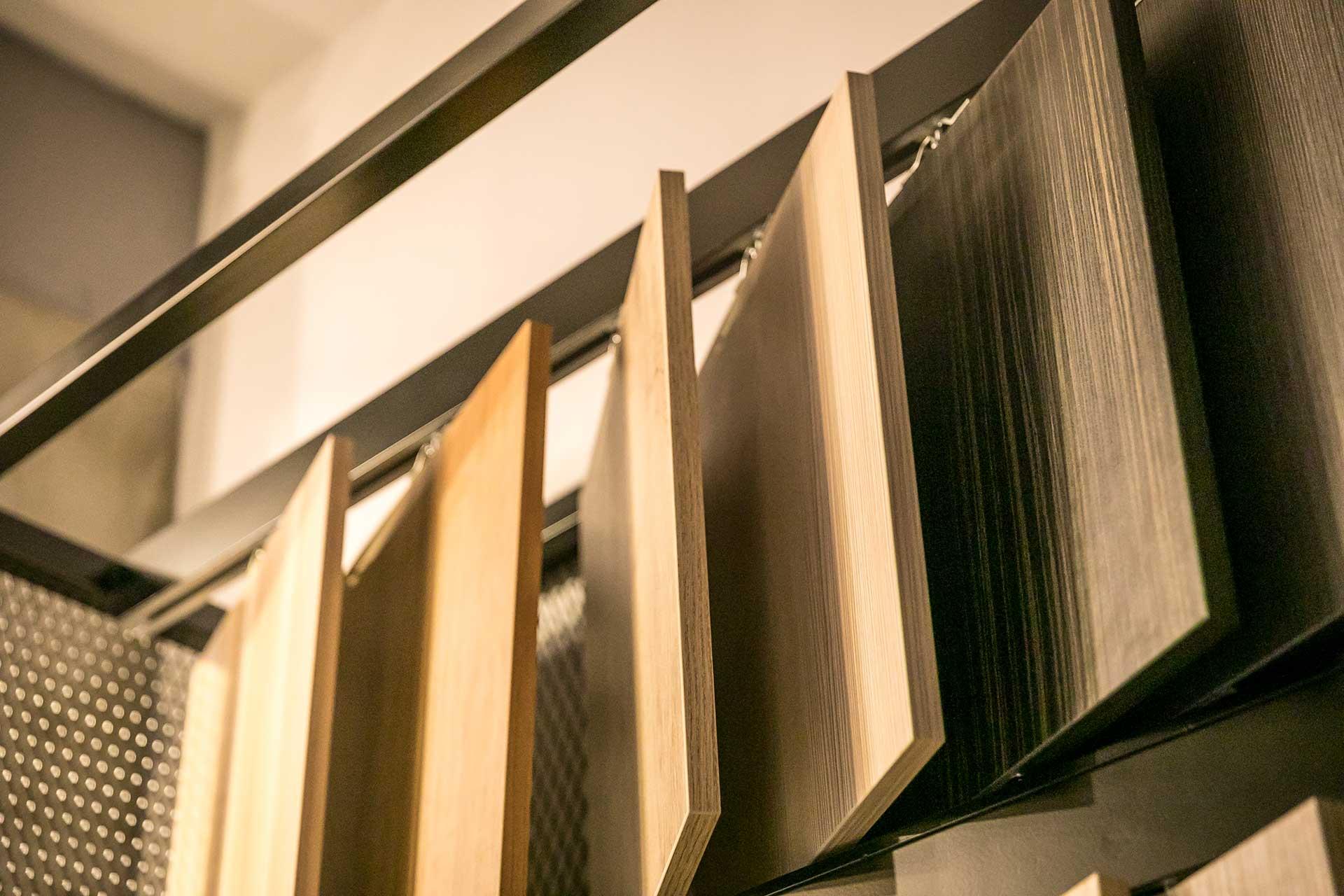 系統板材以吊掛方式收納,整齊好翻閱,不會東倒西歪