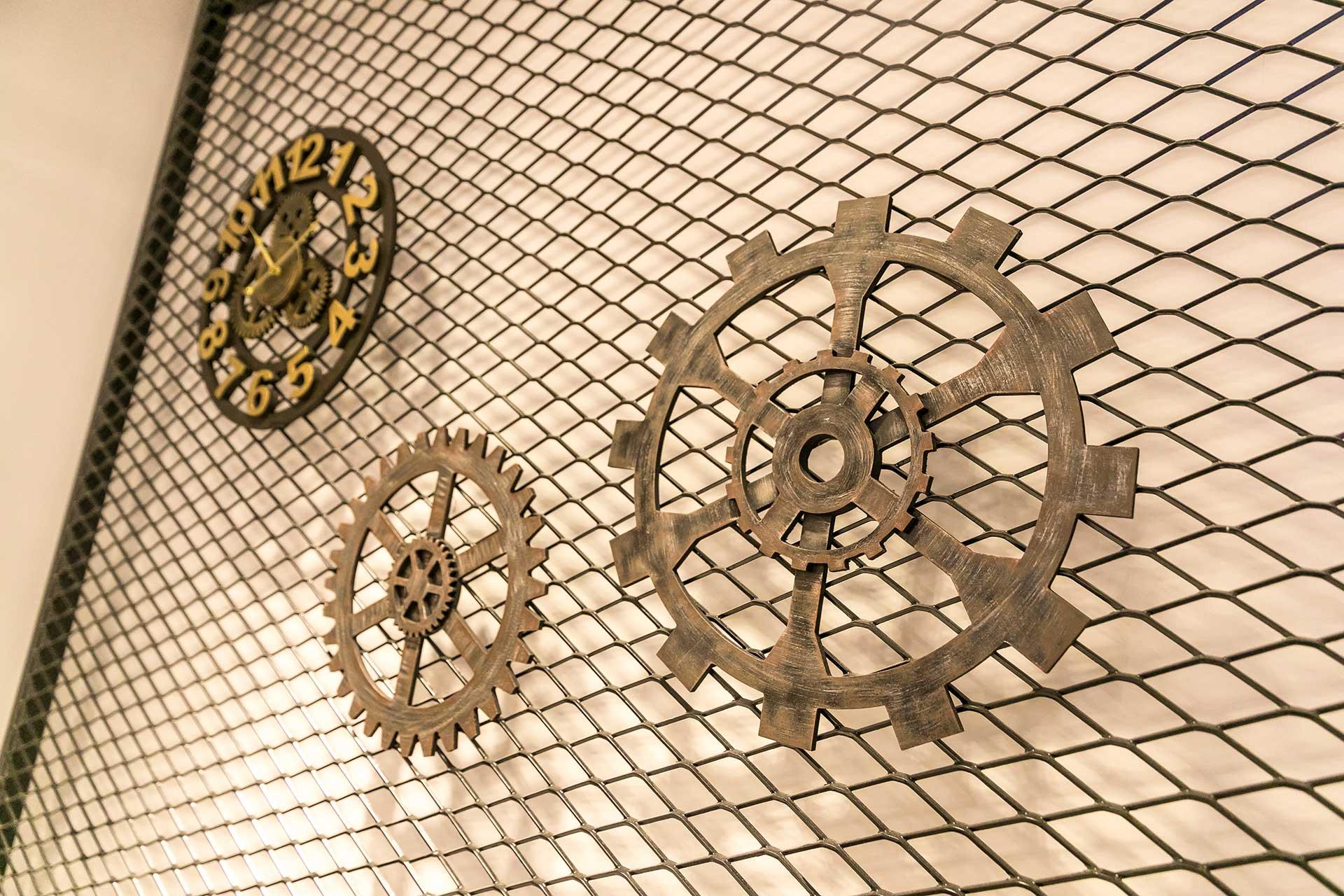 吊掛展示的鐵件藝術品
