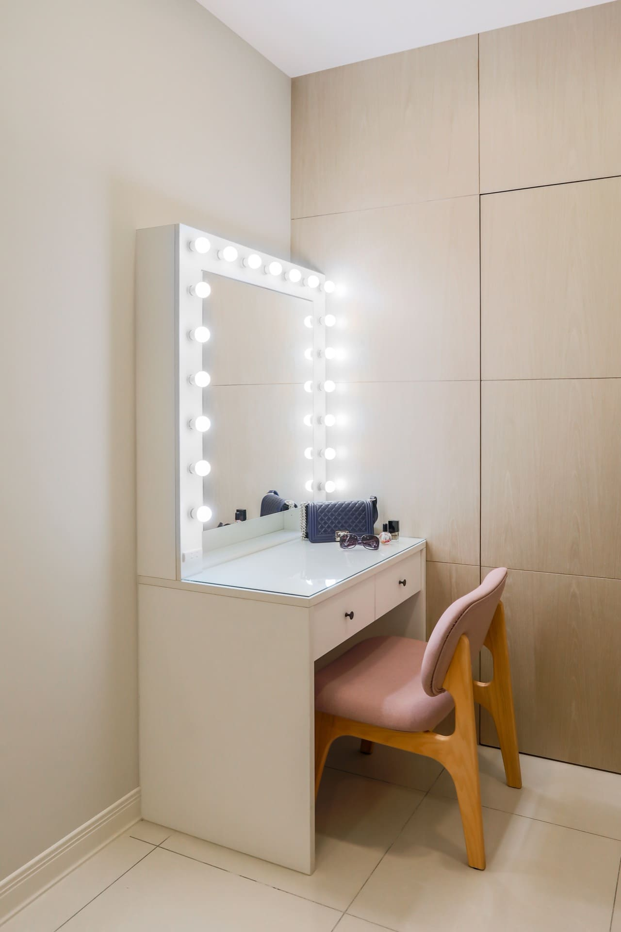 彷彿明星專屬使用的化妝台,白光與黃光燈泡可依需求更換