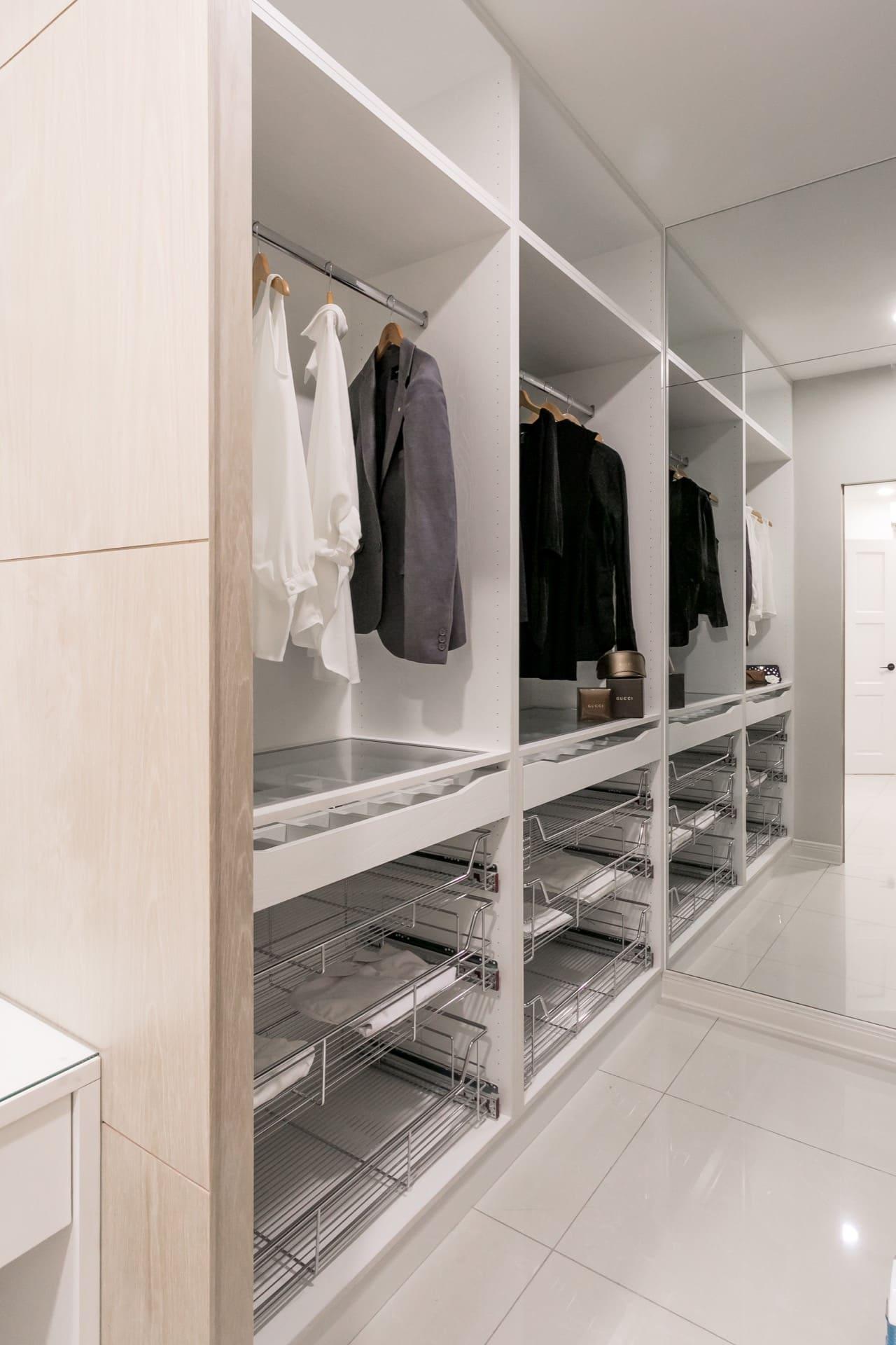 更衣間內擁有大面積的穿衣鏡與收納空間