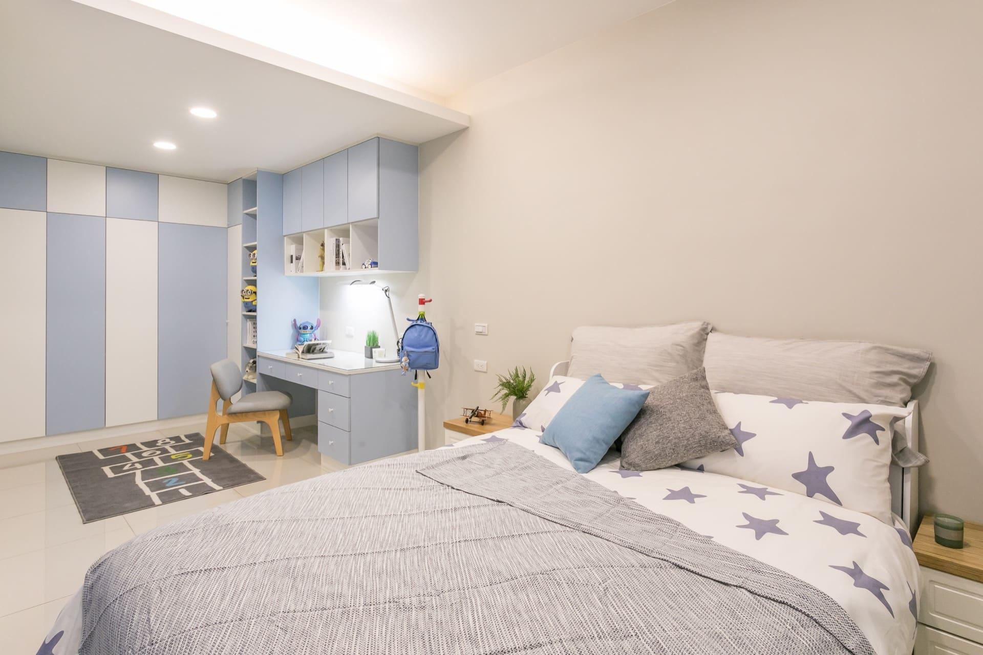 採用活潑藍色的男孩房,上方的橫樑以間接照明做為隱藏