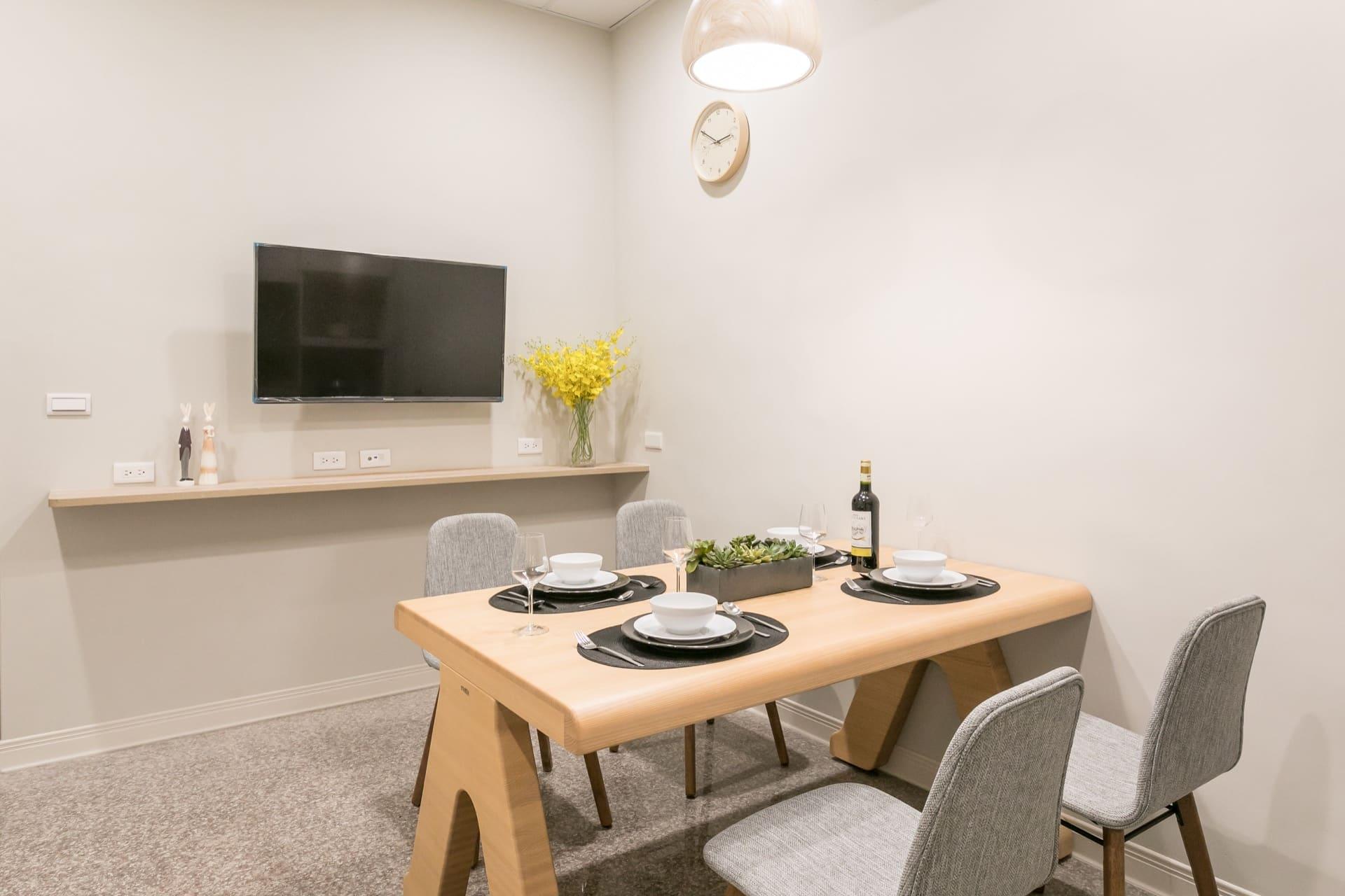 飯廳也安裝了電視及簡易的置物空間