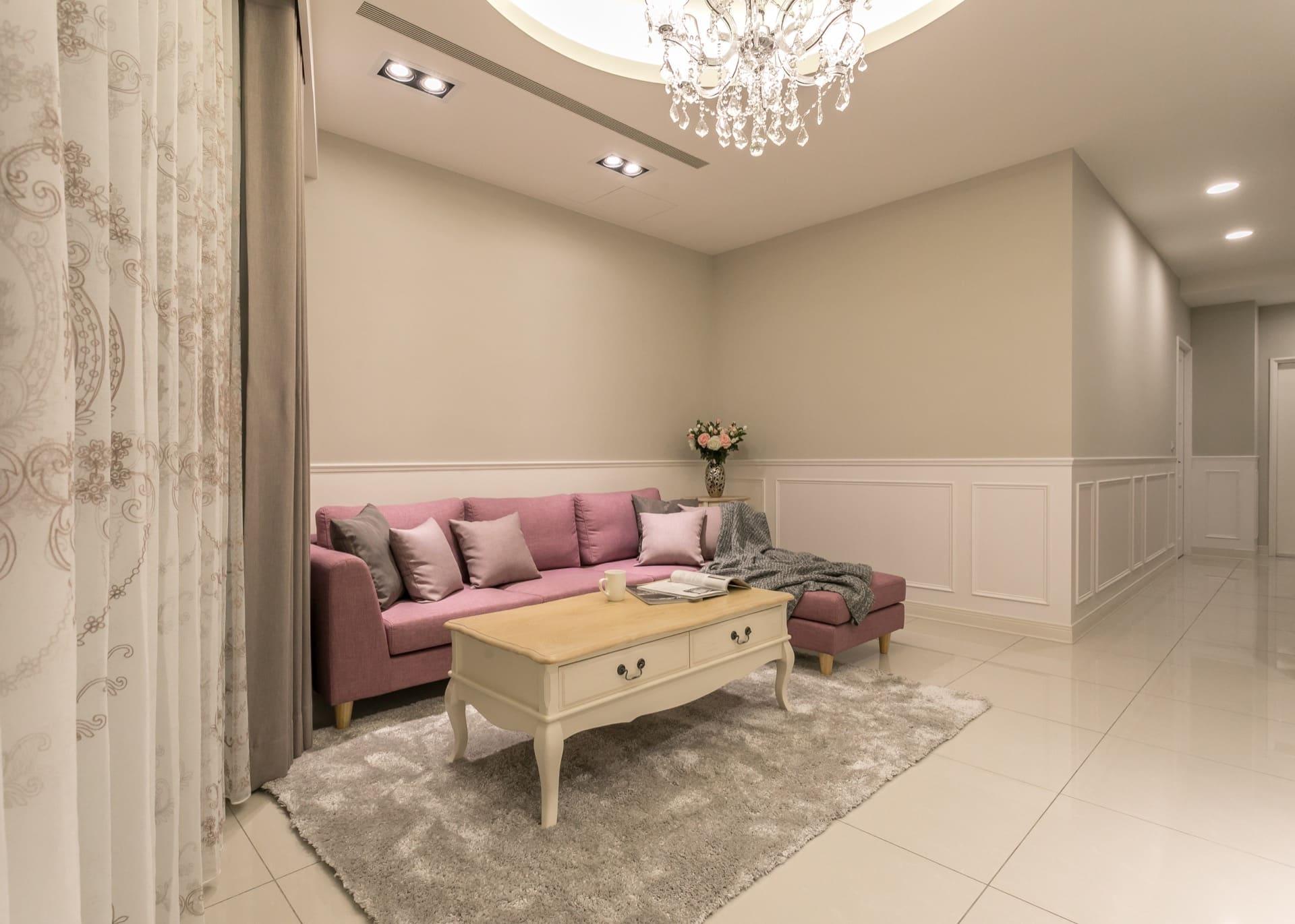 客廳沙發區,空間採用淡藕色進行粉刷(得利乳膠漆霧鄉系列)