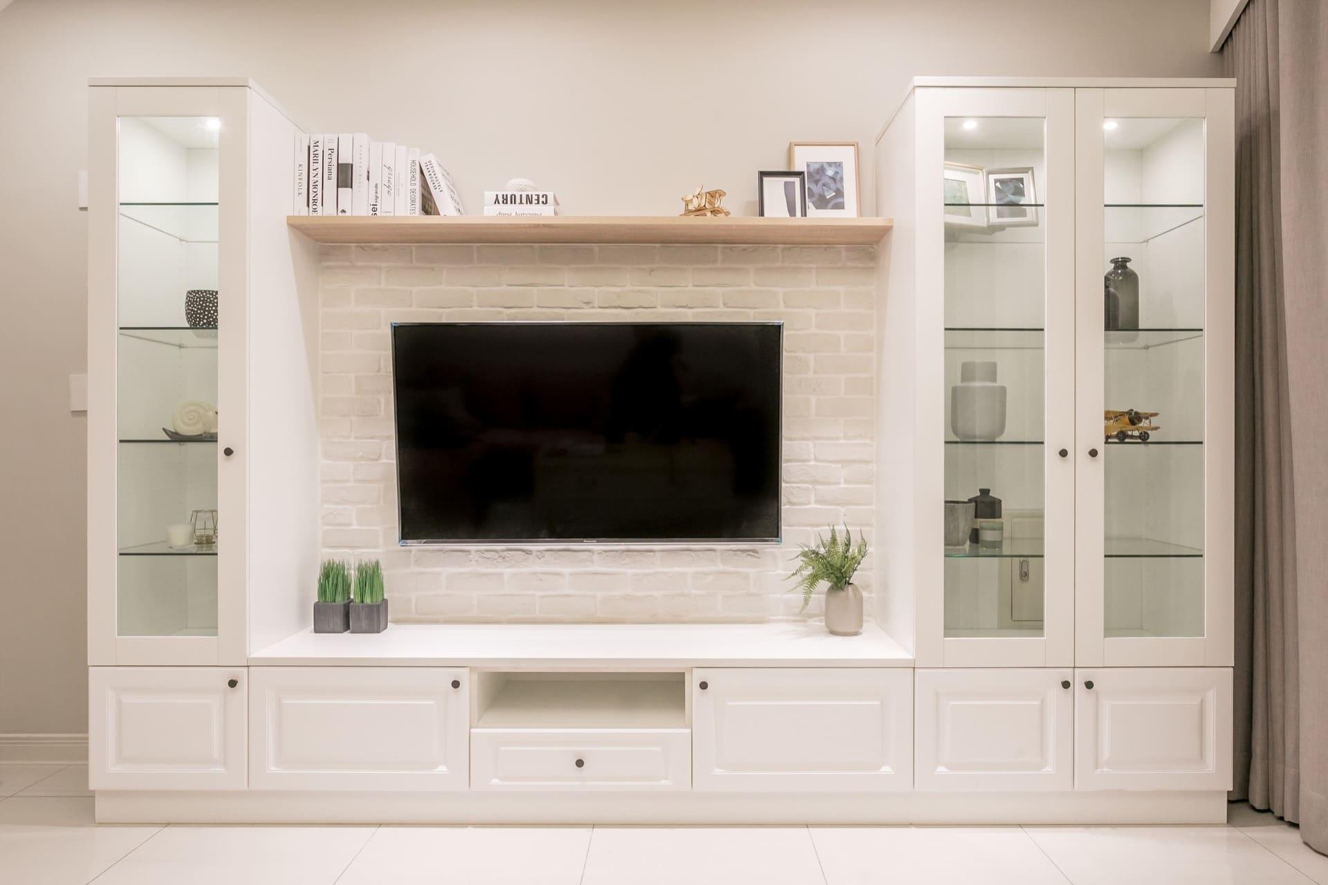 特別設計的不對稱電視櫃,以修正歪斜的客廳視覺角度