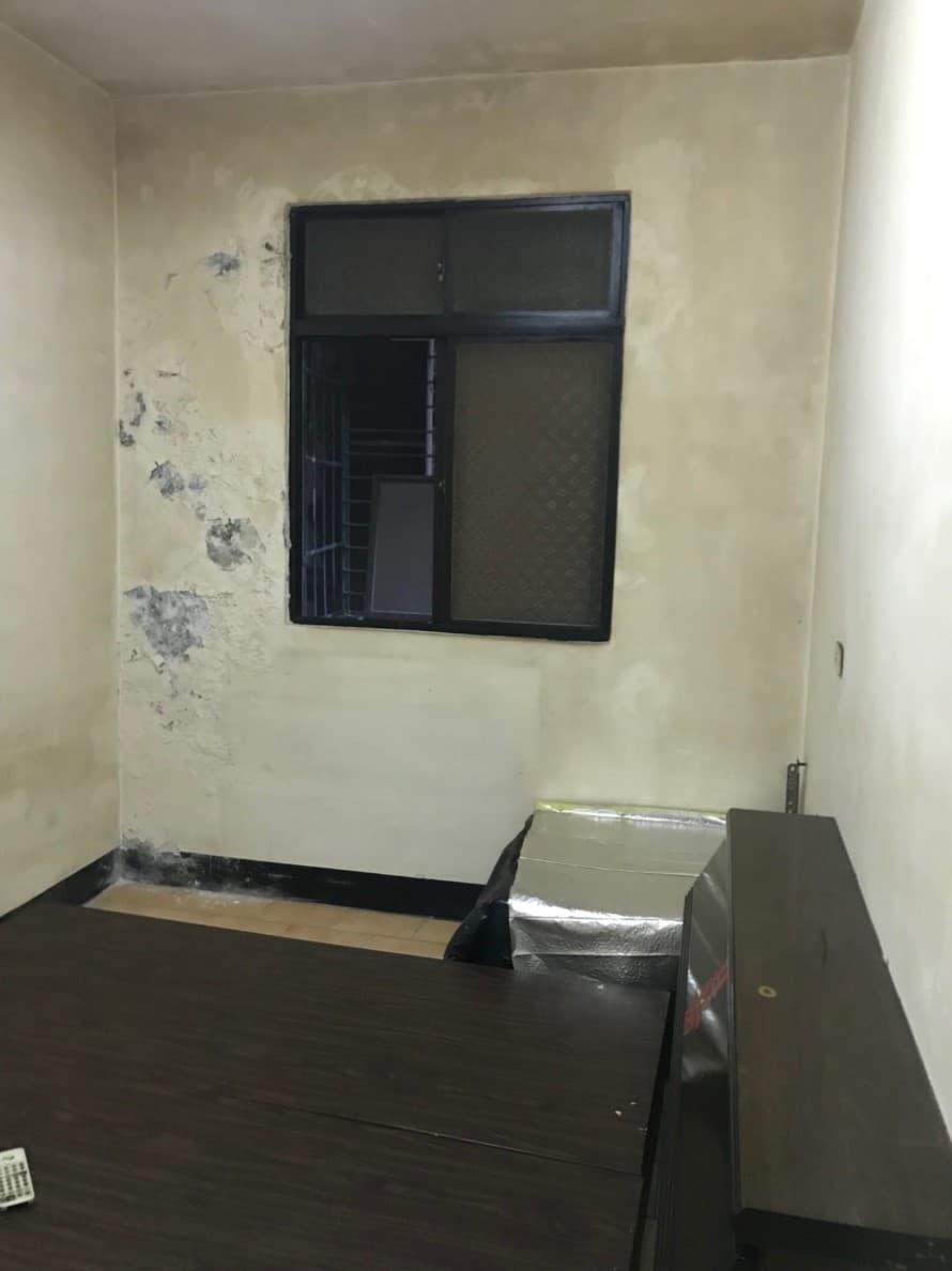 原本的次臥室,也是有嚴重的壁癌