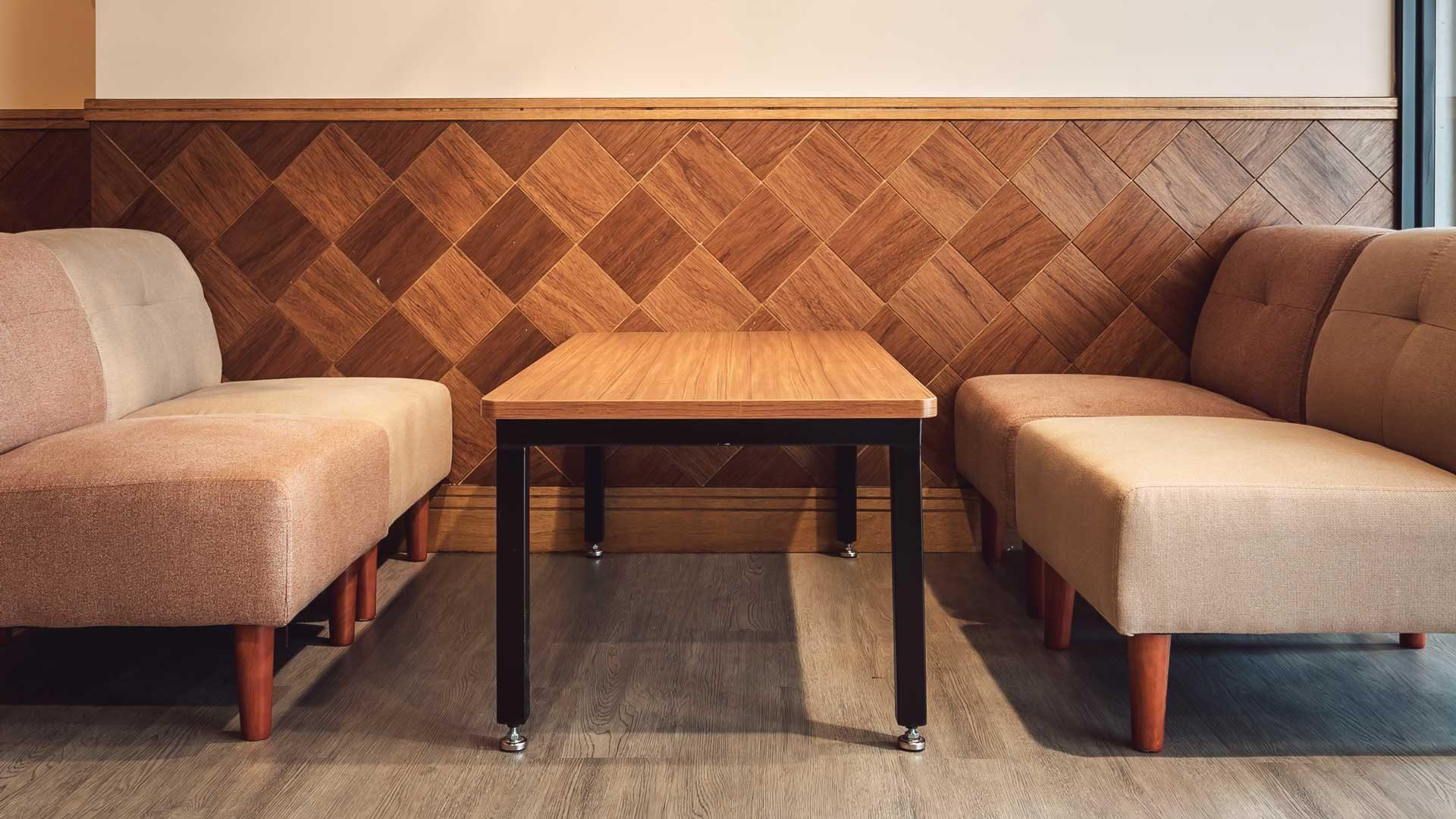 環繞全店牆壁的菱形牆板,靈感來自焦糖牛奶冰上頭的菱形格紋