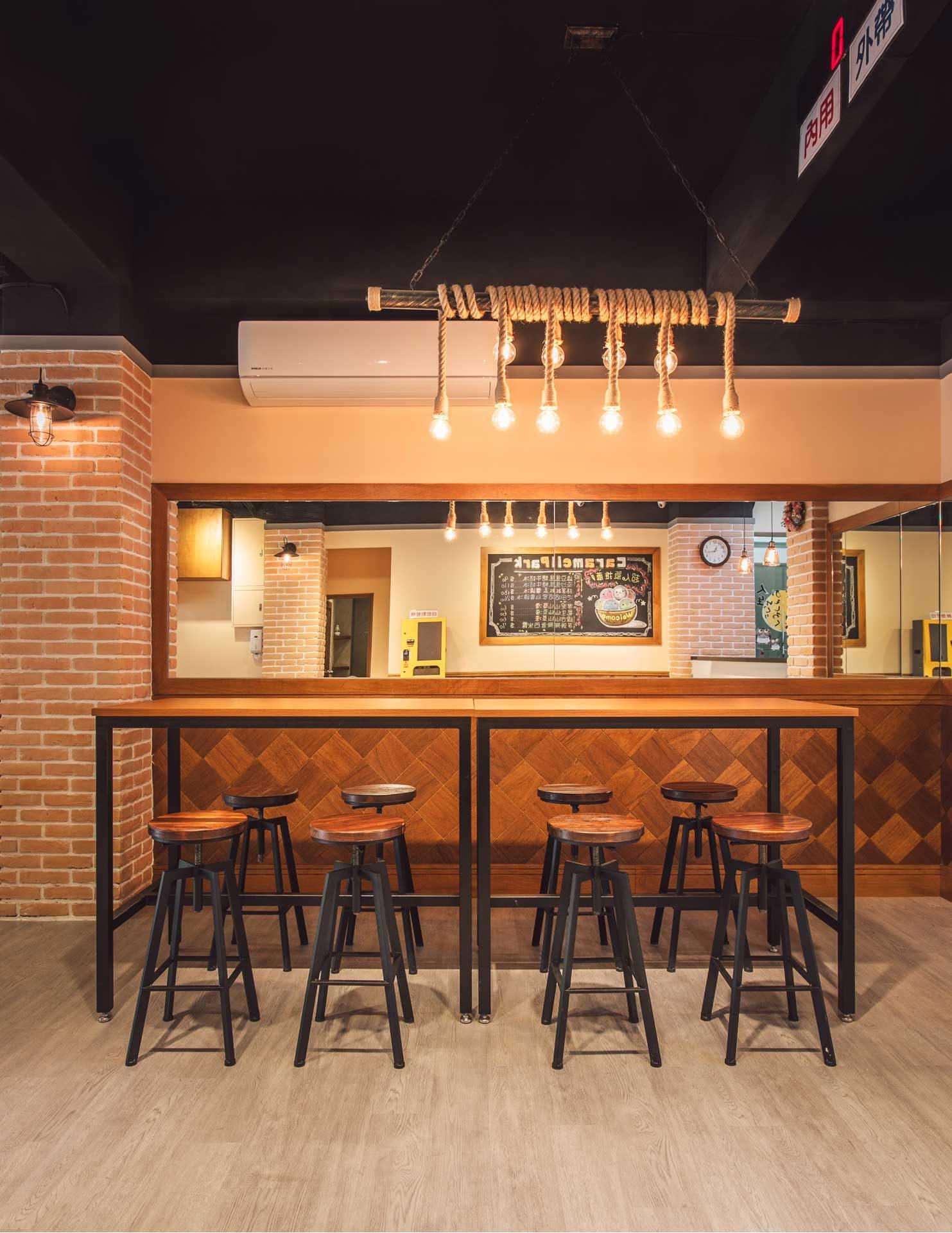 專為學生族群設計的高腳椅大長桌區,同時可容納 8~10 個人一起吃冰