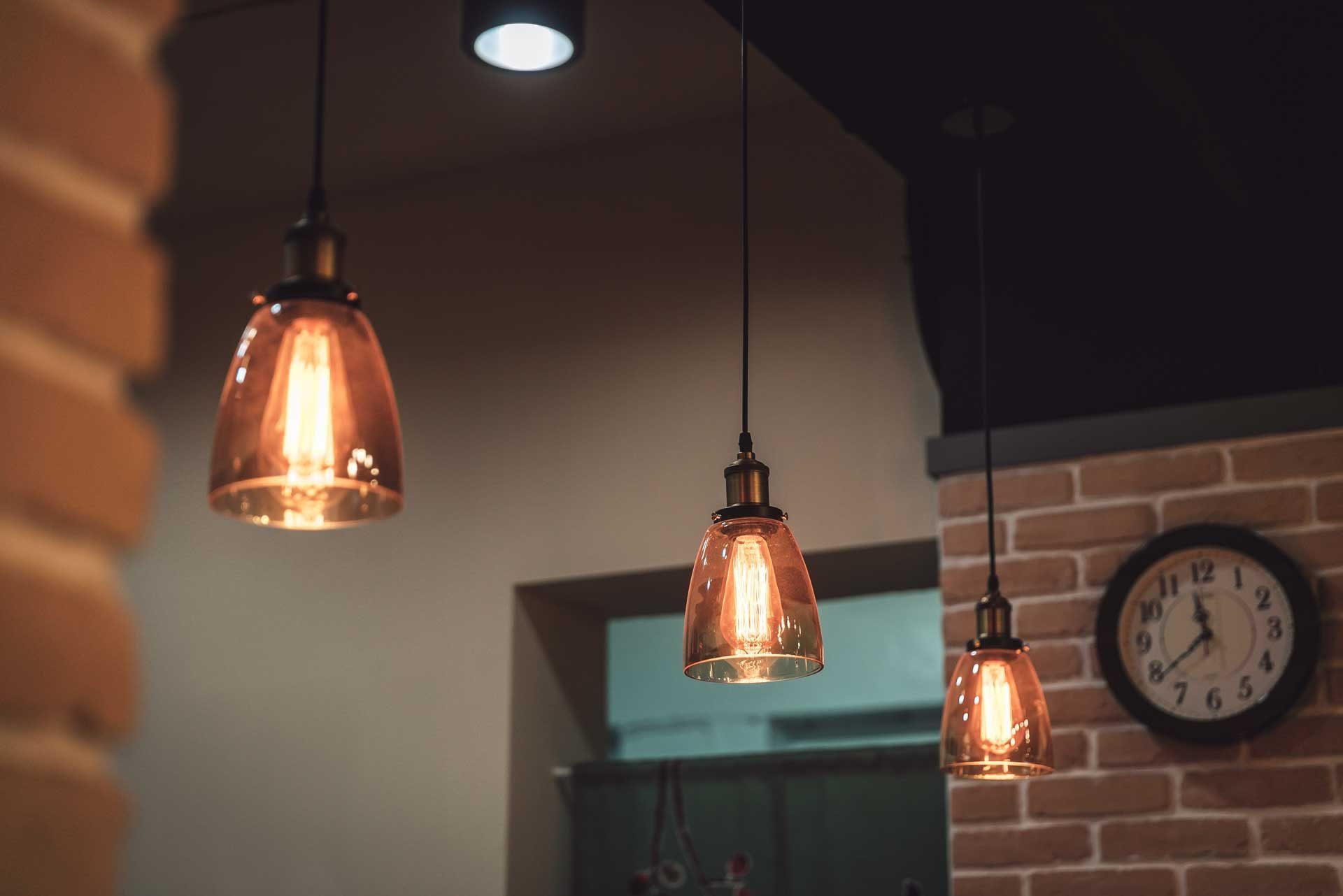 工業風吊燈,安裝在櫃檯上方,營造出咖啡廳的舒適氛圍,即使到了冬季改賣熱飲,氣氛也相當合適