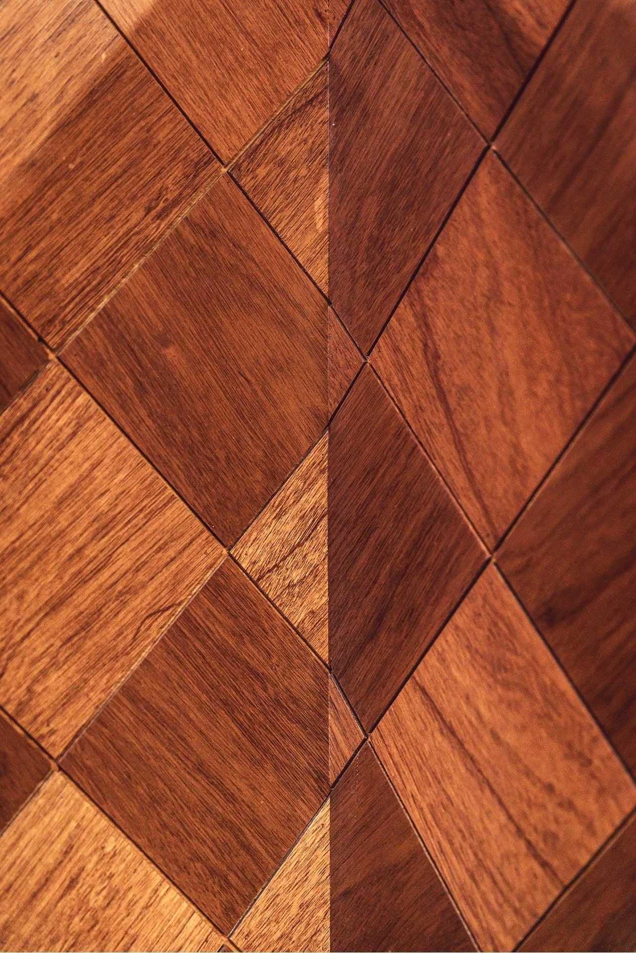菱形牆板的工法難在於精準的銜接,由此可見玖恆木作師傅的功力(圖為牆板轉折處特寫)