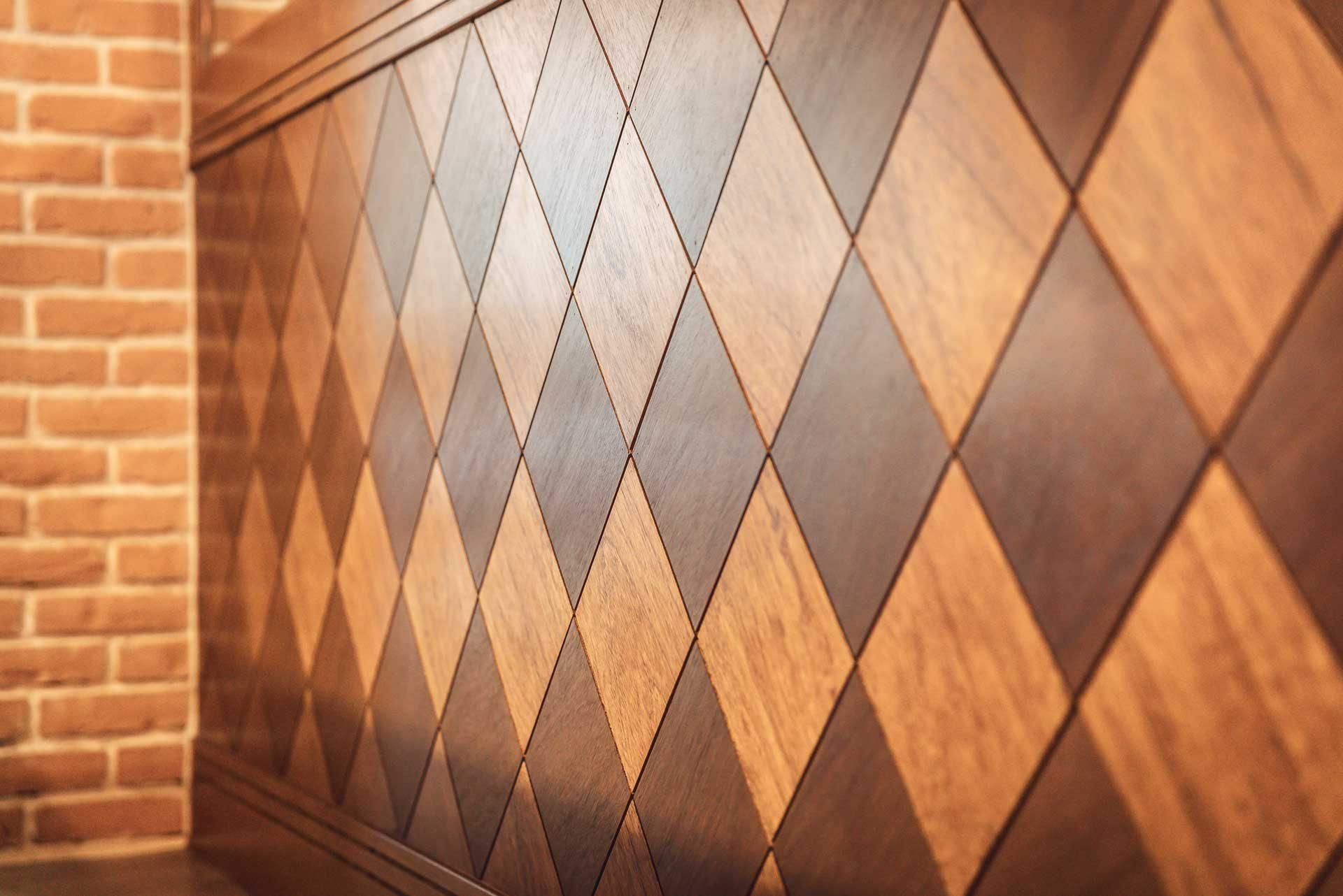 菱形牆板表面,採拋光上漆處理,透過不同方向的木紋搭配,製造出錯落有致的視覺效果