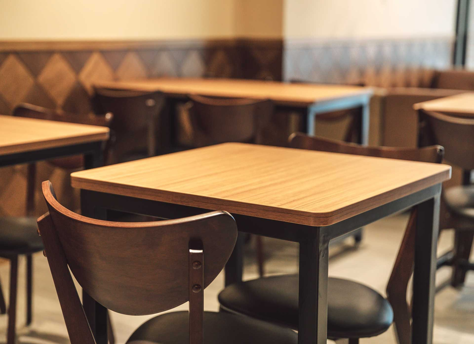 考慮到家庭前來用餐時,避免小朋友被桌角撞傷,因此店內的訂製餐桌四周採收圓角設計