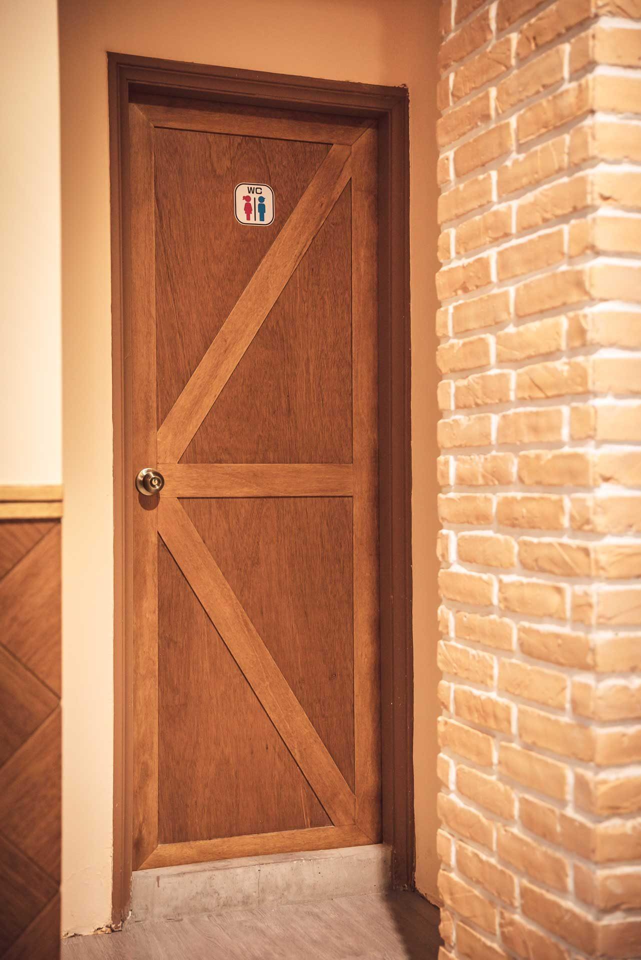 廁所門片以「榖倉門」形式呈現