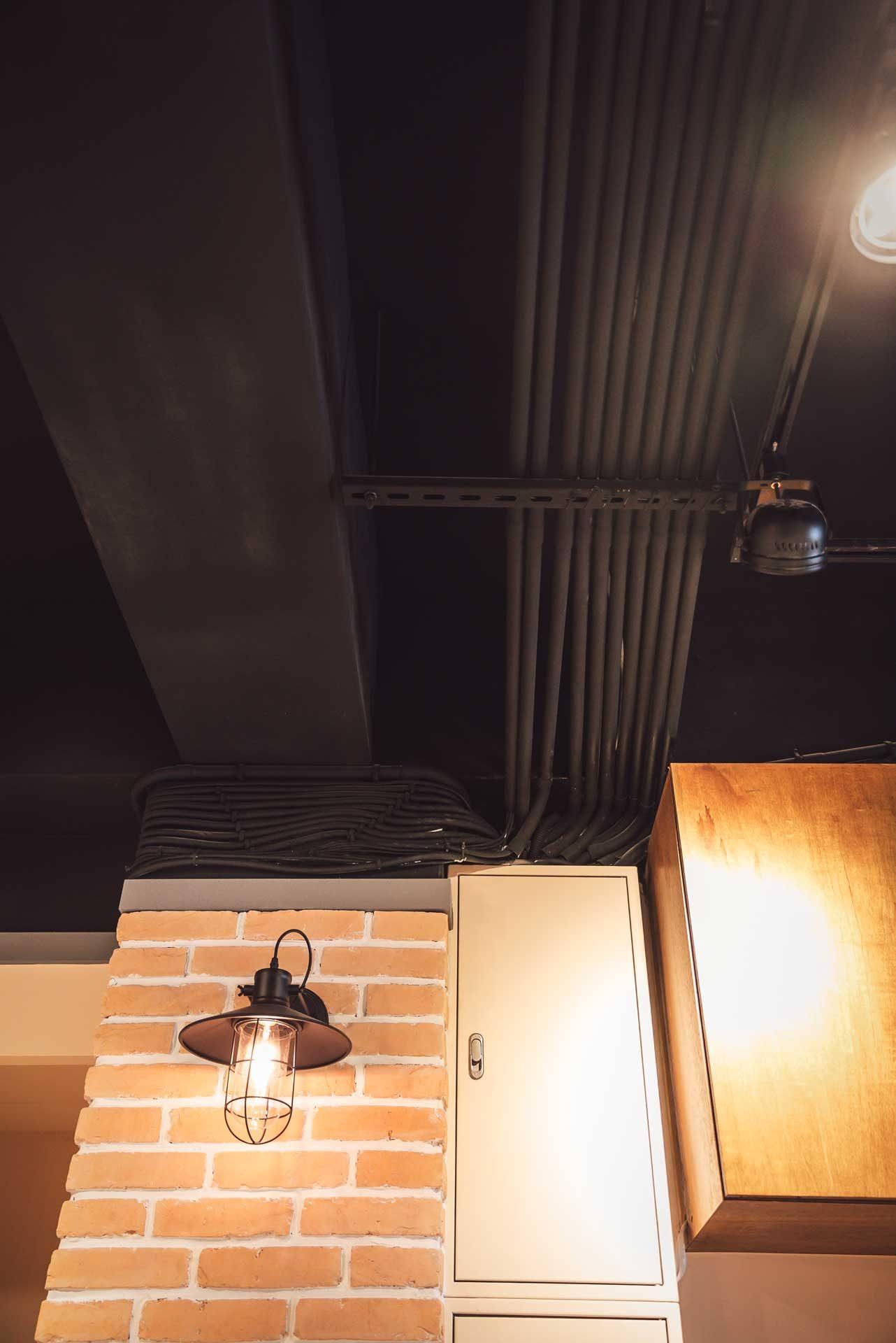 天花板原有的輕鋼架已拆除,取而代之的是乾淨清爽的走線配置
