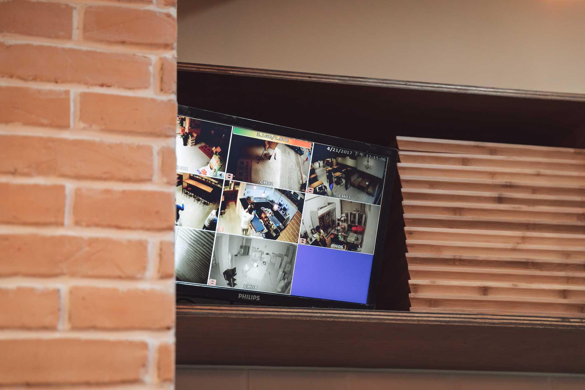 櫃檯內,可觀看到全店各個空間 8 個角度的監視器畫面