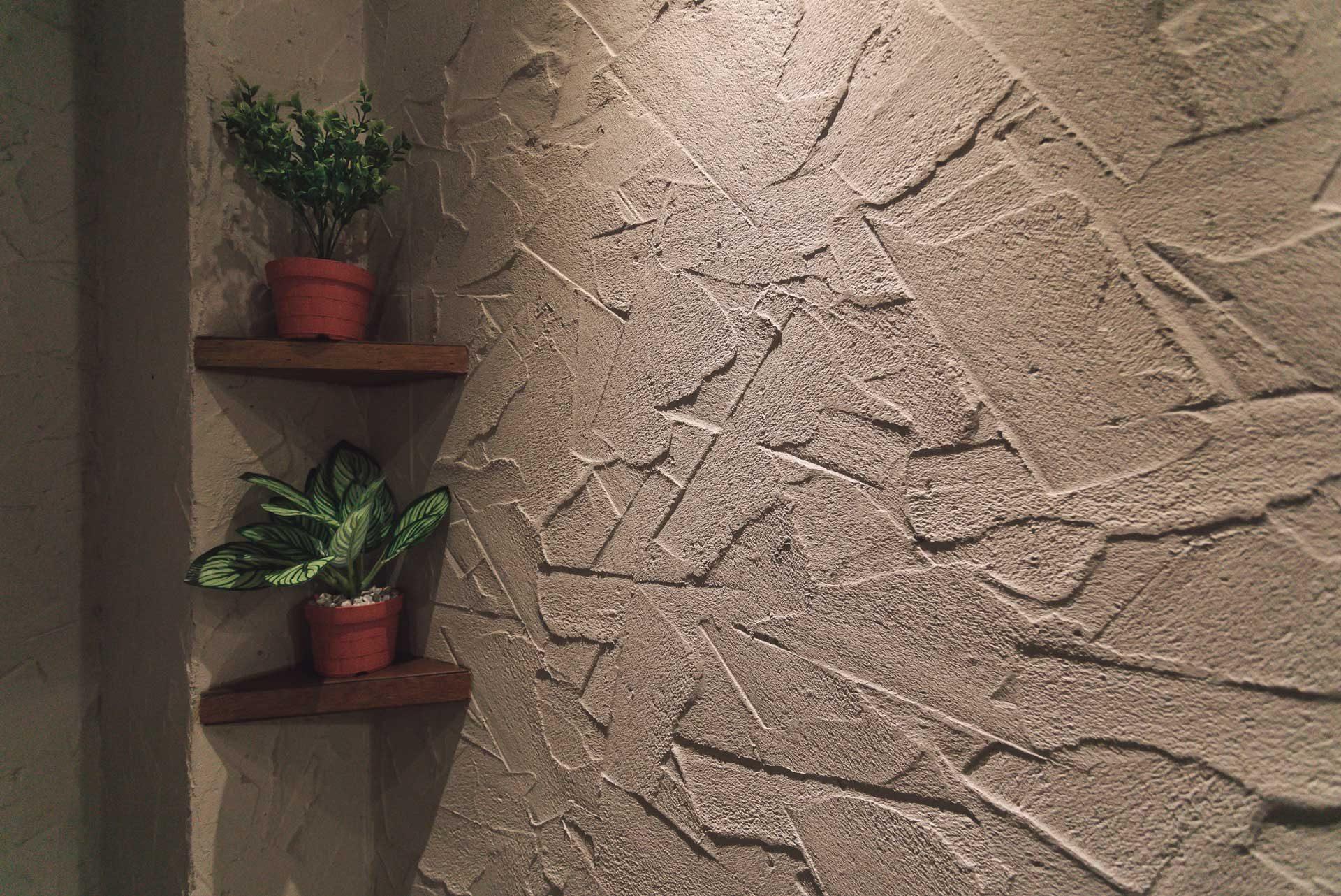 施工完成後的牆面紋理,與光線映照之下,提昇了整體質感