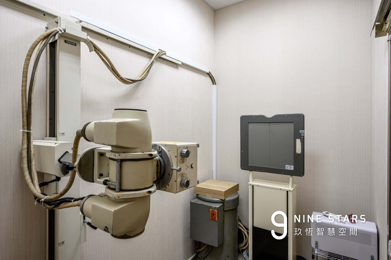 X光檢查室,周圍以木作鉛板進行包覆