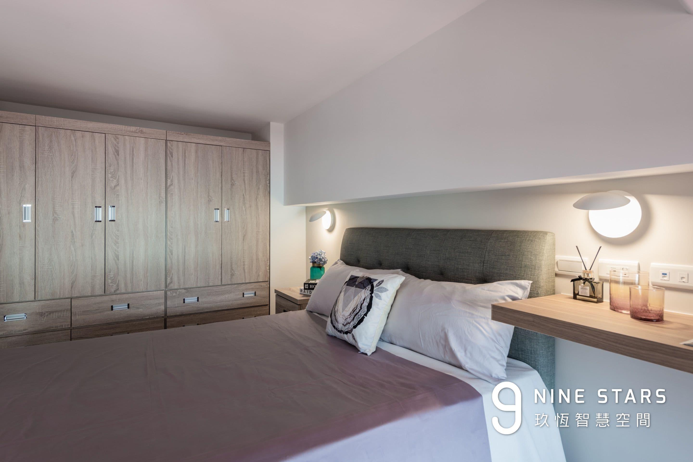 次臥室,床頭燈與置物層板
