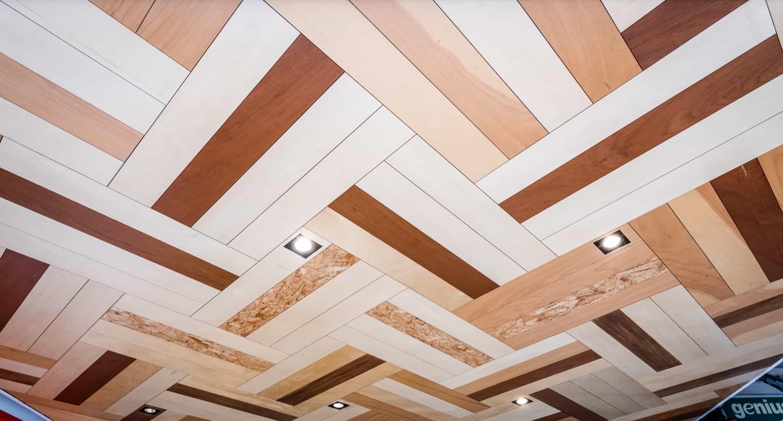 門外騎樓天花板也運用板材了混搭拼接的概念