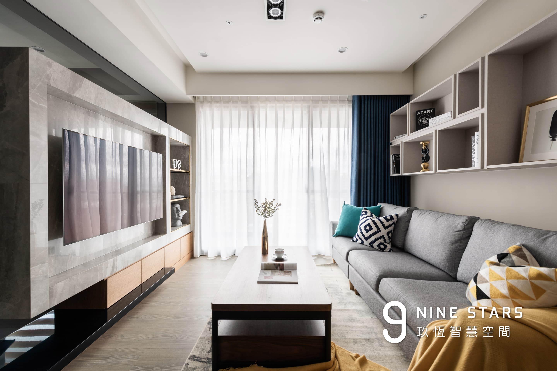 客廳落地窗採用雙層式蛇簾,乾淨優雅,也兼具遮光實用性