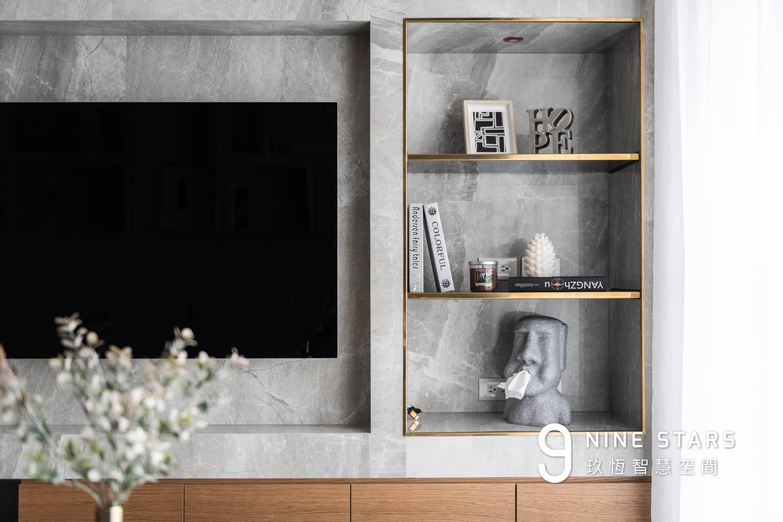 以不鏽鋼鍍鈦條點綴的展示櫃