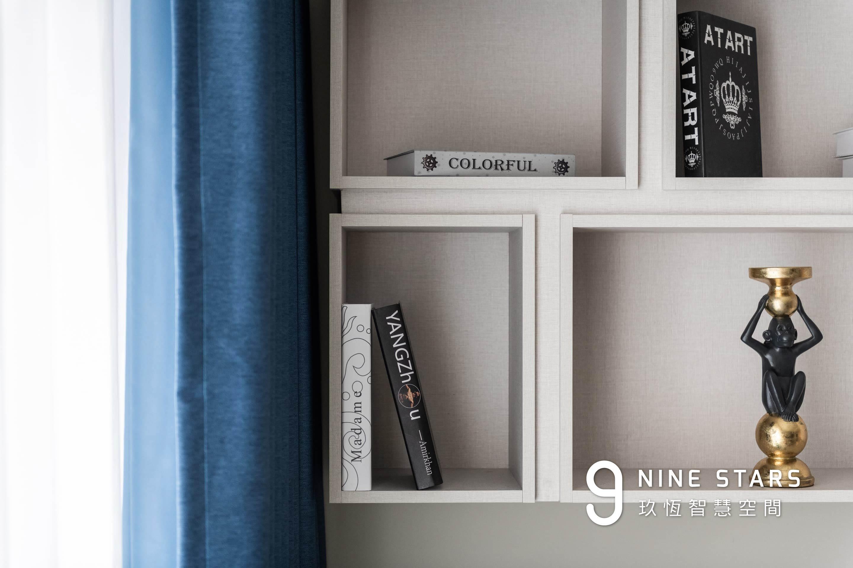 沙發區吊櫃採用灰織紗系統板材,紋理簡約細膩,讓生活充滿設計感