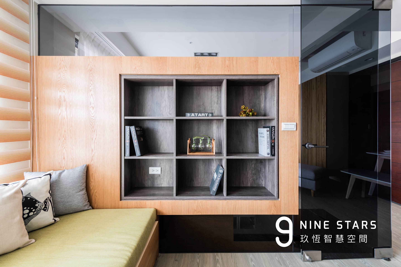 多功能室 3x3 展示櫃,背後與電視櫃相連