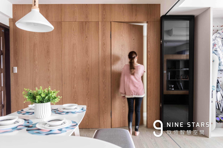 主臥室的門,採用隱藏式設計