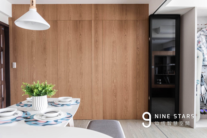 關上門的樣子,牆面恢復平整,表面採用胡桃木皮染色噴漆處理