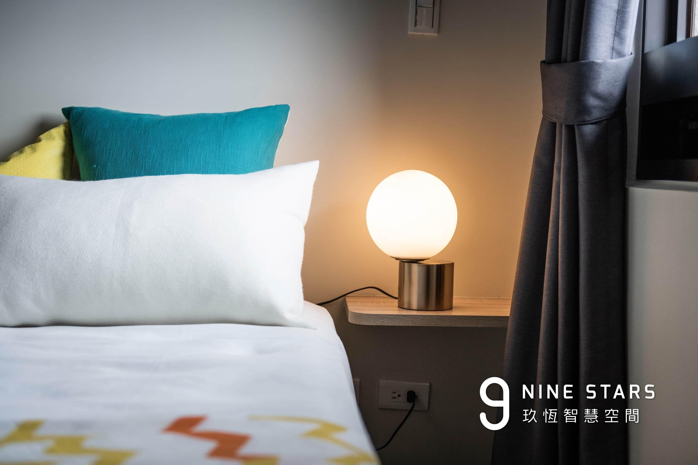 主臥室床頭層板置物空間