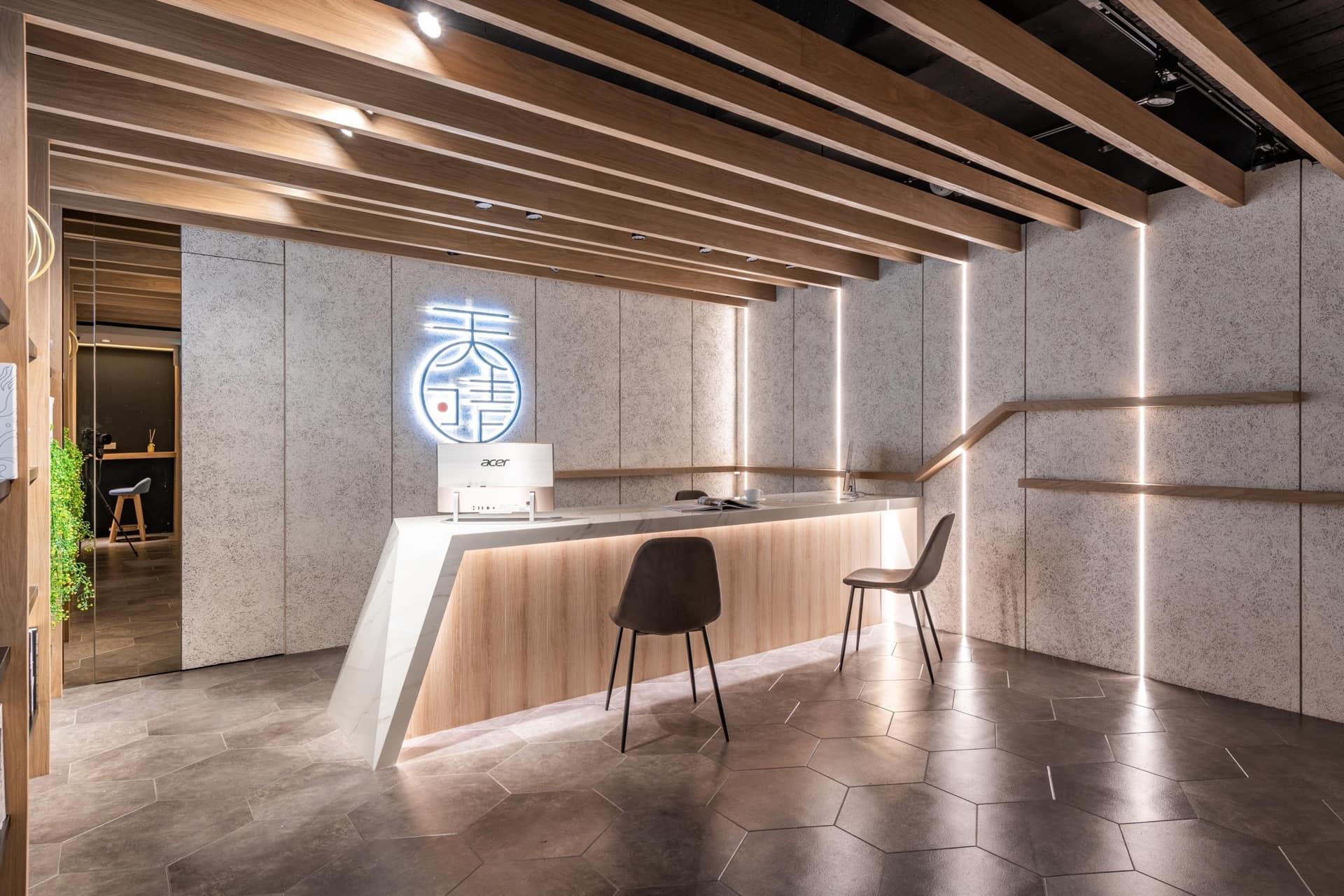 接待櫃檯兩側以 LED 燈條裝飾,並透過水平線條、鏡子,增加空間的視覺延伸感