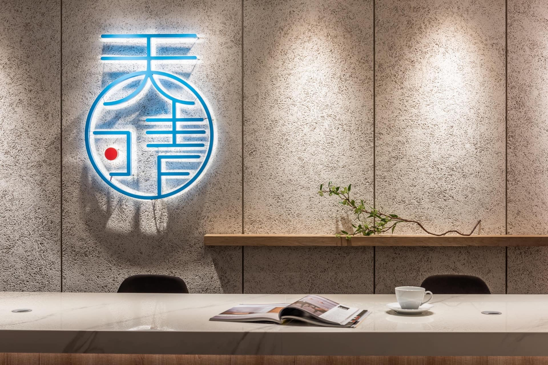 招牌牆面選用兼具粗礦肌理與環保特色的 OSB 板材,透過軌道投射燈呈現質感