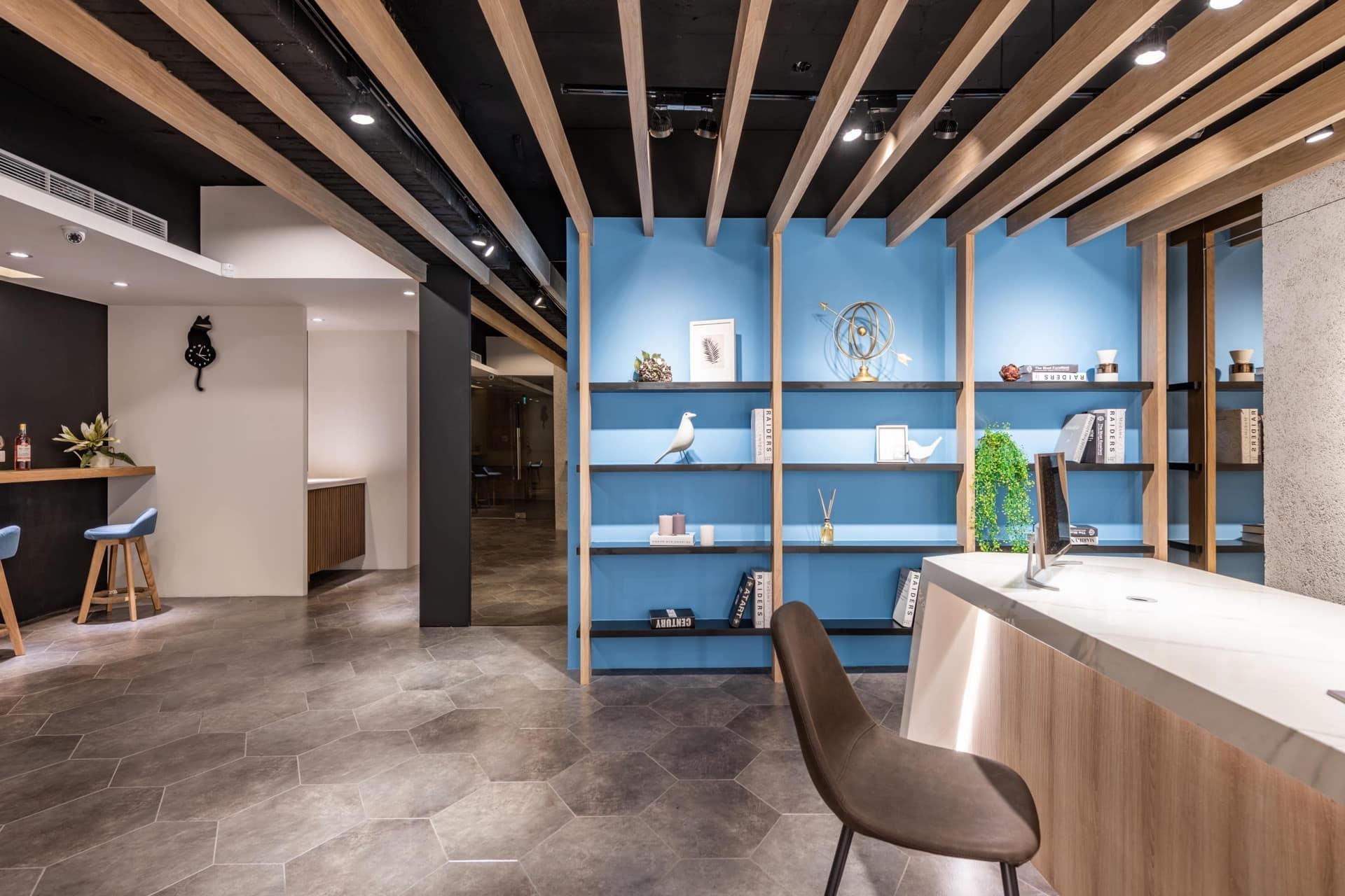 以天晴企業色藍色進行配色的展示書櫃,整體選用合適的家具進行搭配