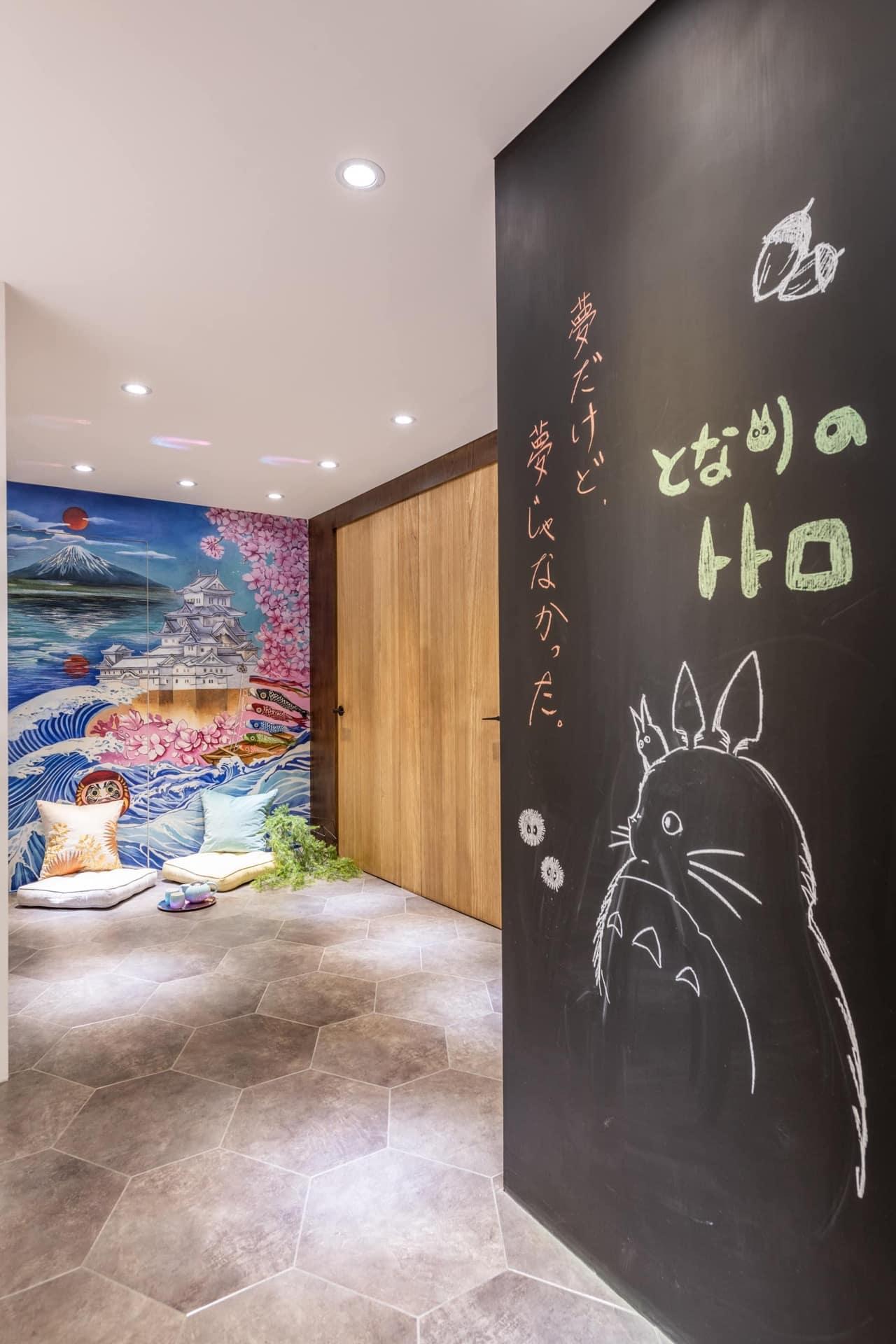 通往上課教室的走廊插畫,牆面採用黑板漆