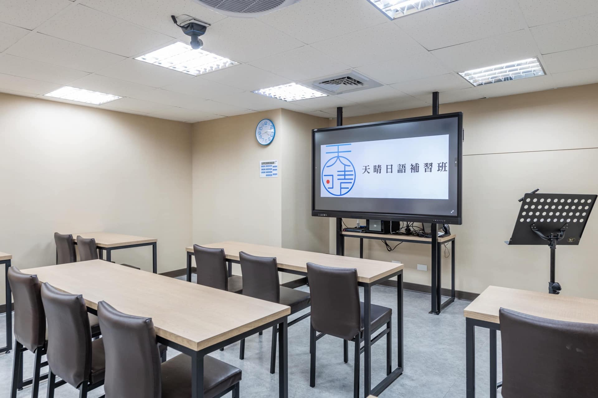 上課教室內以維持學習專注度為首要考量,圖中書桌以系統板材搭配鐵件五金訂做而成